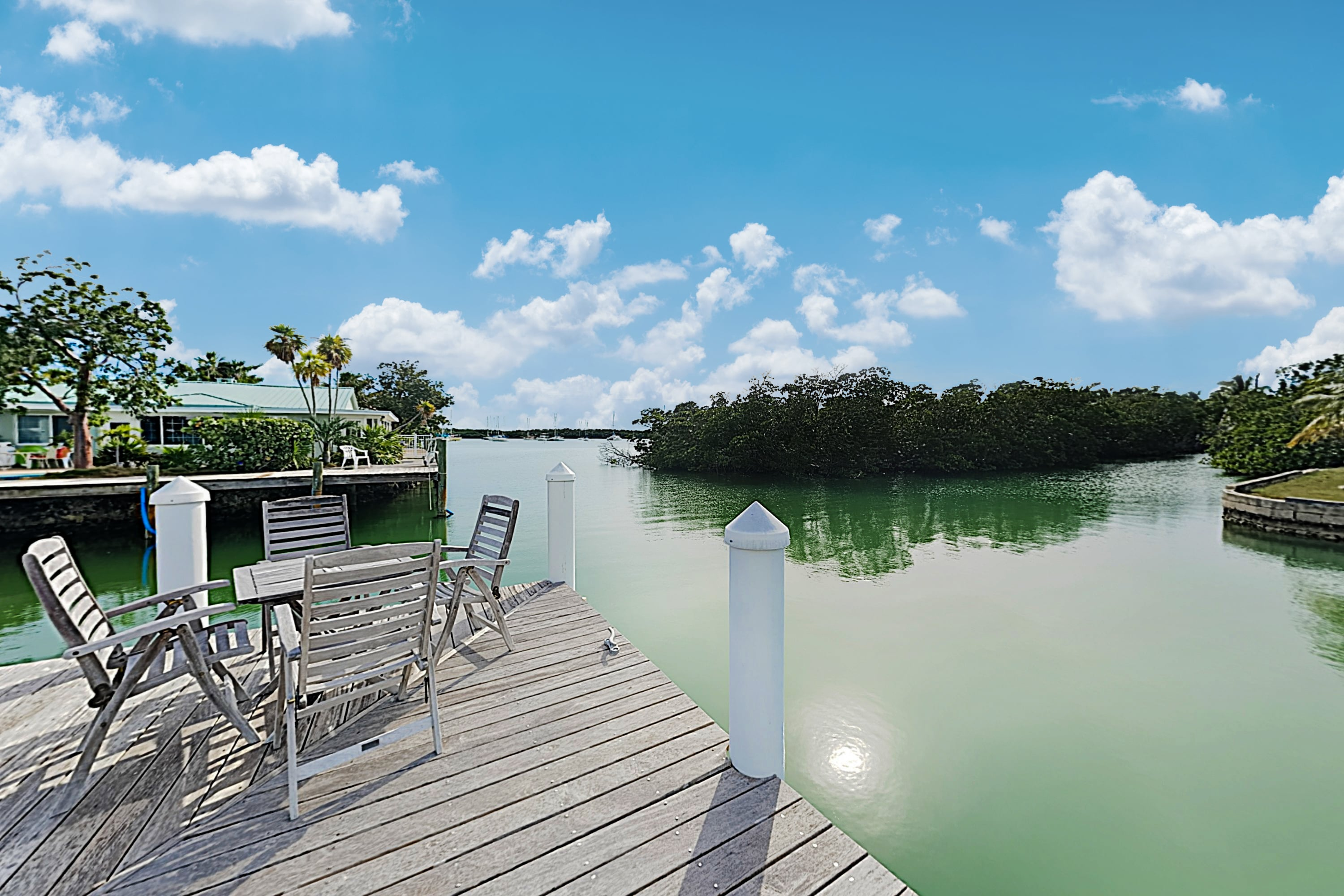 Share an alfresco breakfast at a table for 4 on your very own private dock.