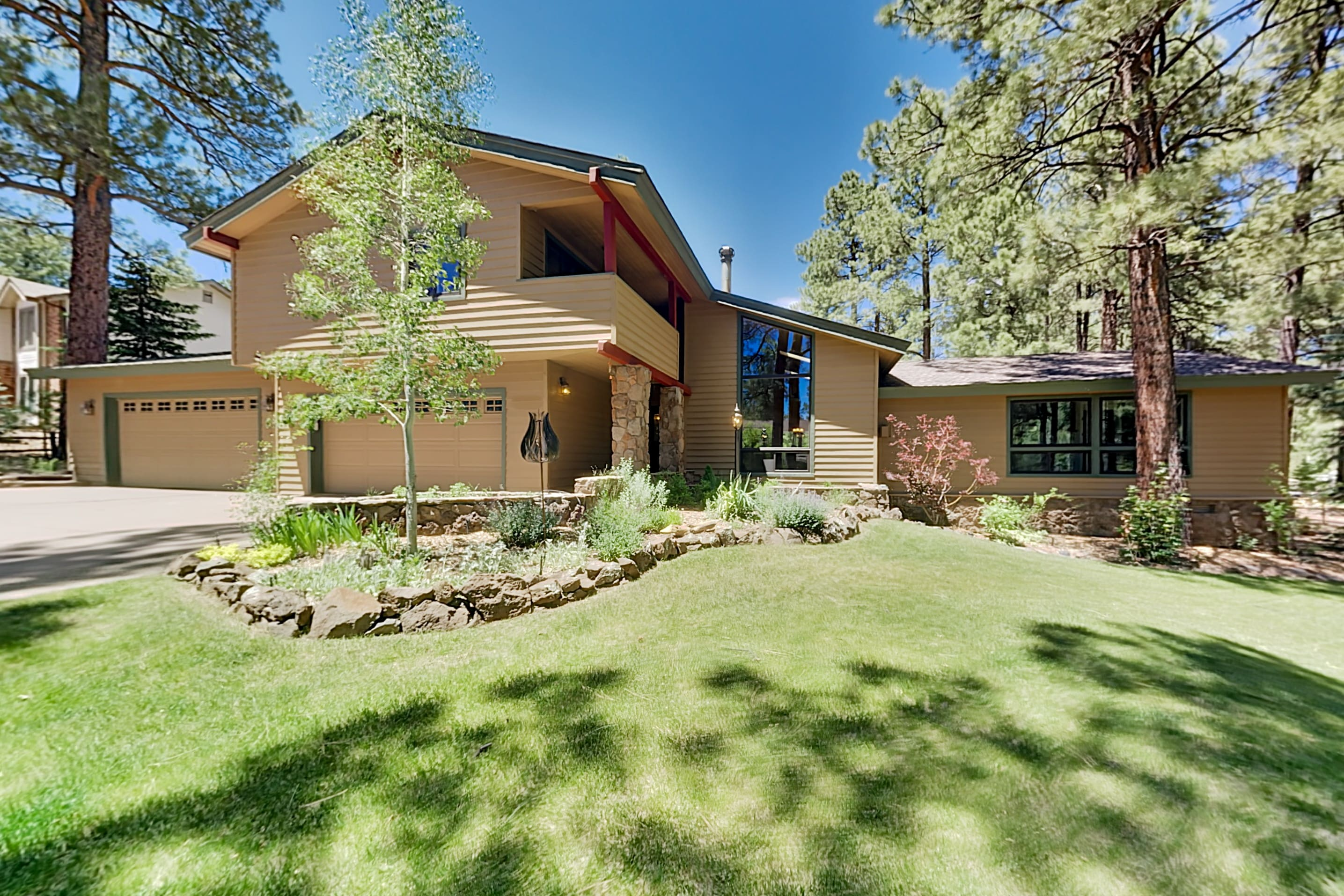 Coconino Estates Home w/ Hot Tub - Near Snowbowl!