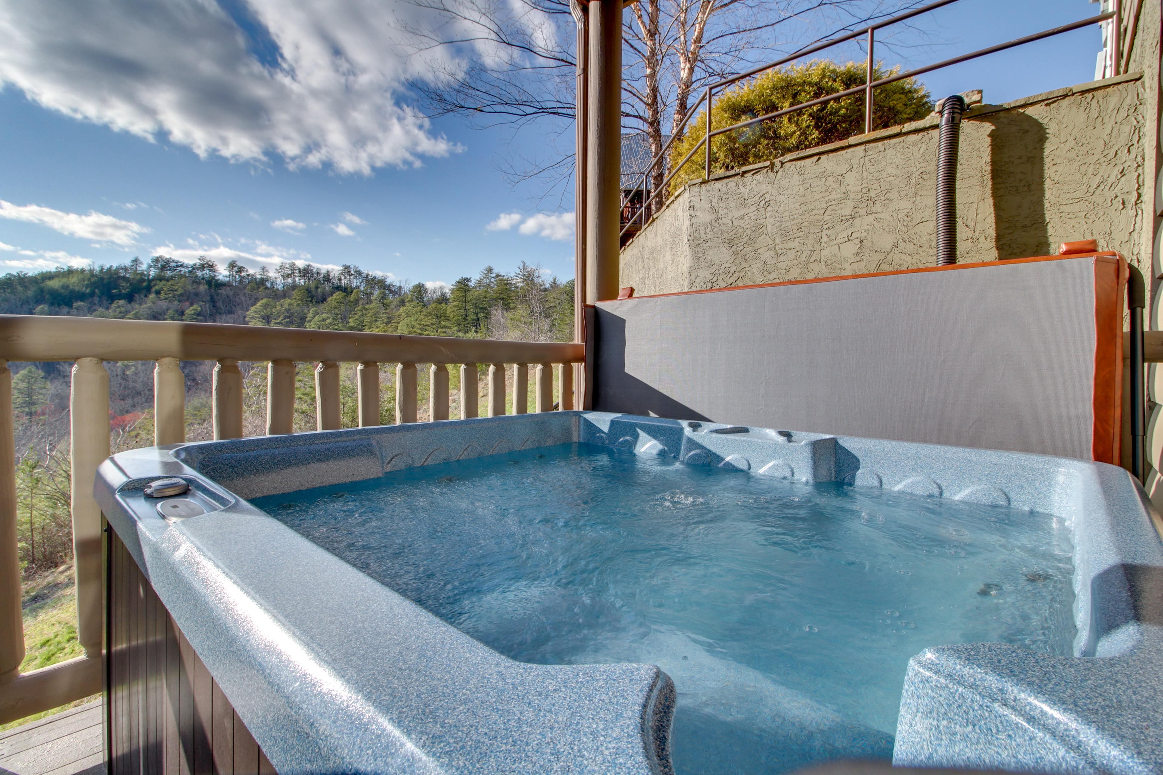 Cabin in the smokies with incredible mountain views - hot tub, private pool