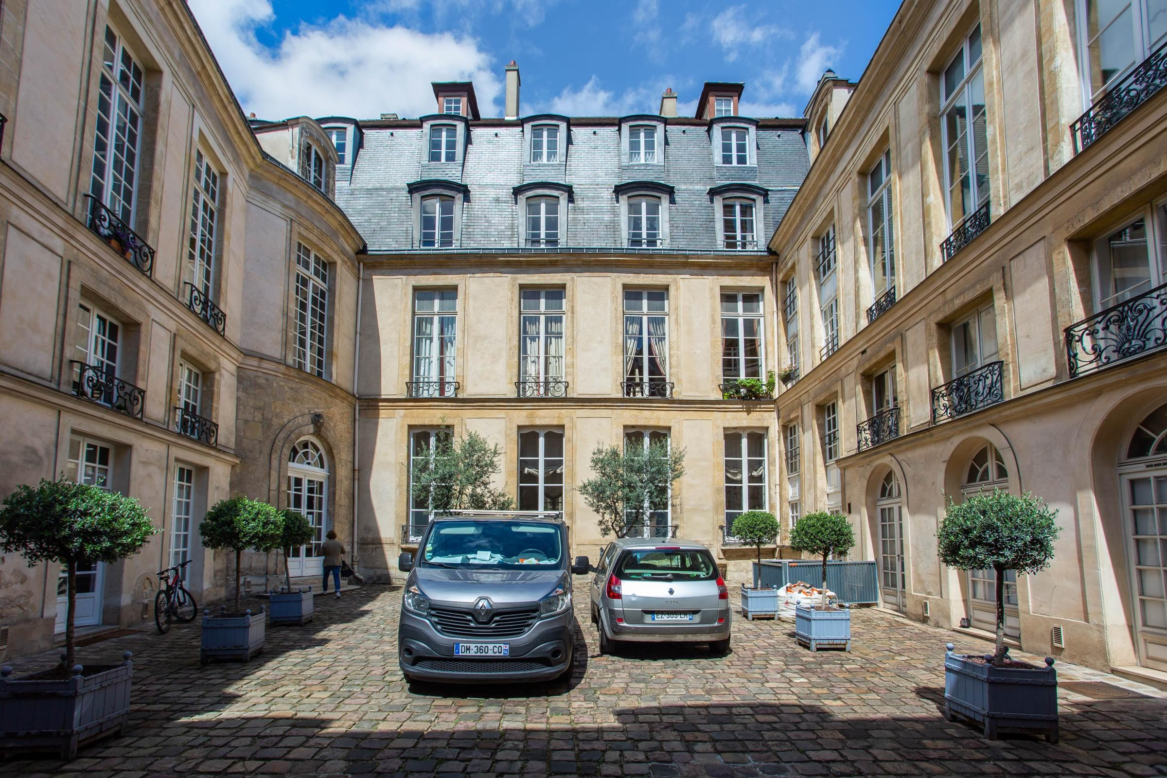 Le Marais Gorgeous One-Bedroom Apartment with Queen Bed
