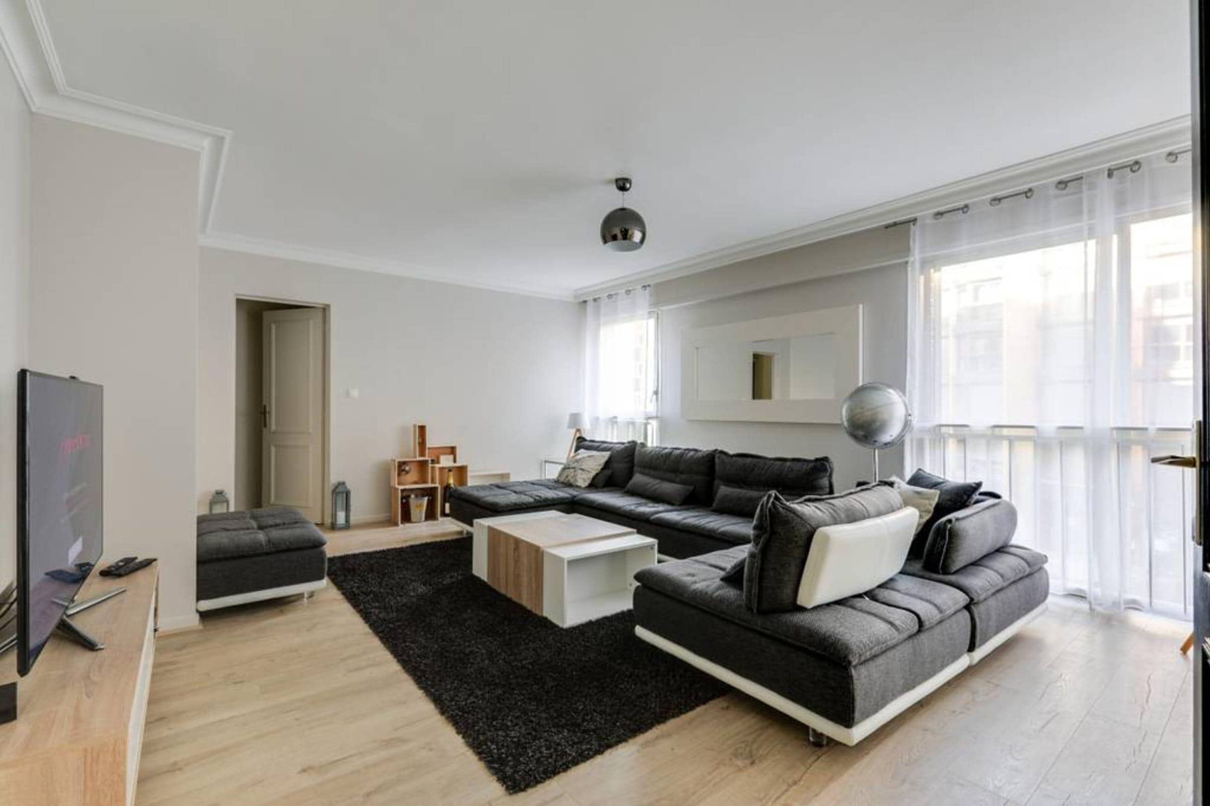 Property Image 2 - Modern Elegant Apartment with Large Living Spaces