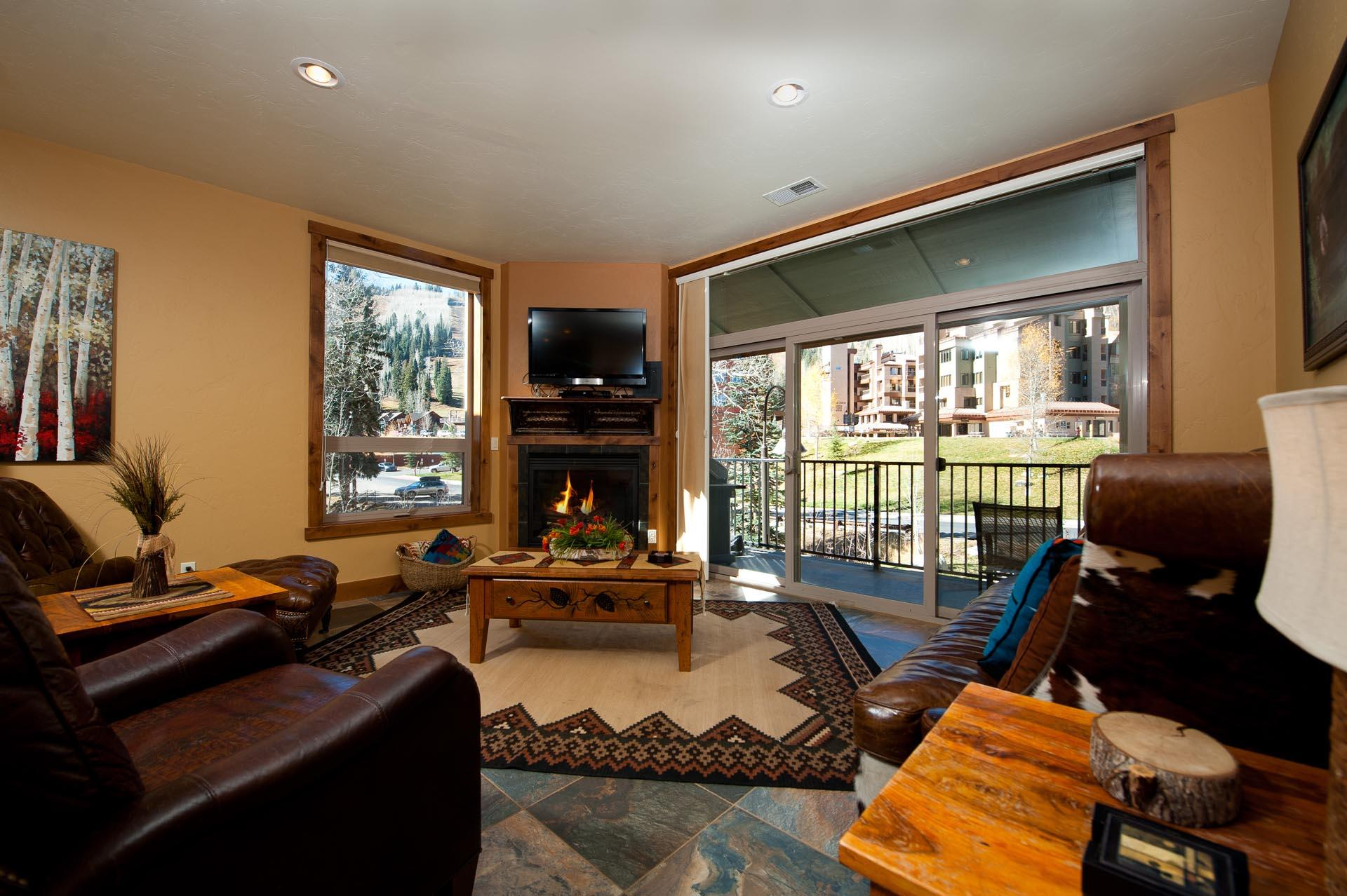 New Professionally Decorated Luxury Condo-  Steps to Ski Lifts