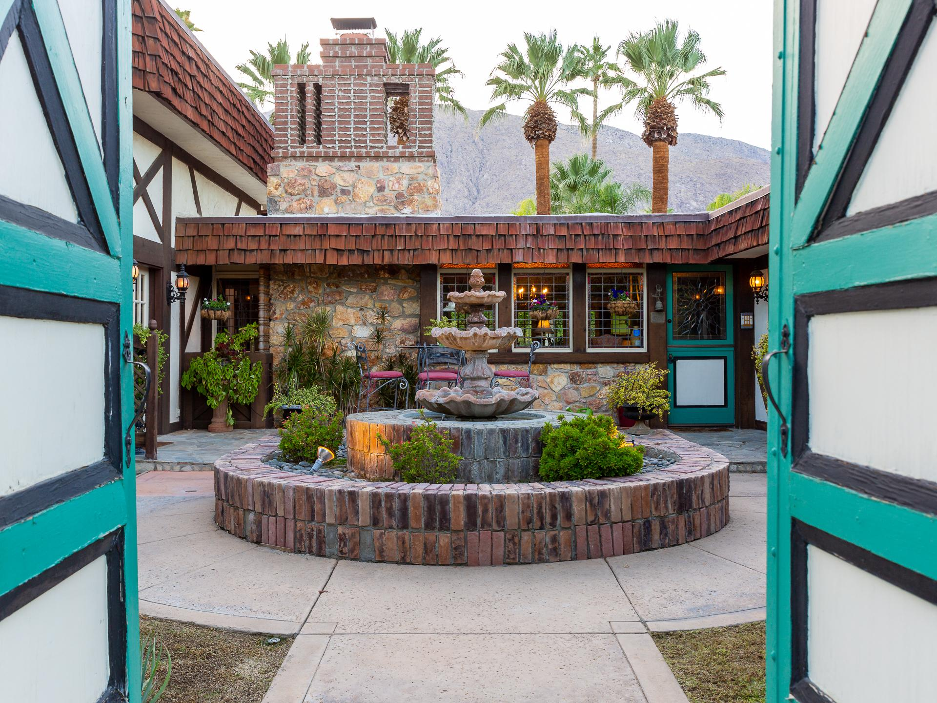 The English Cottage - Downtown Palm Springs