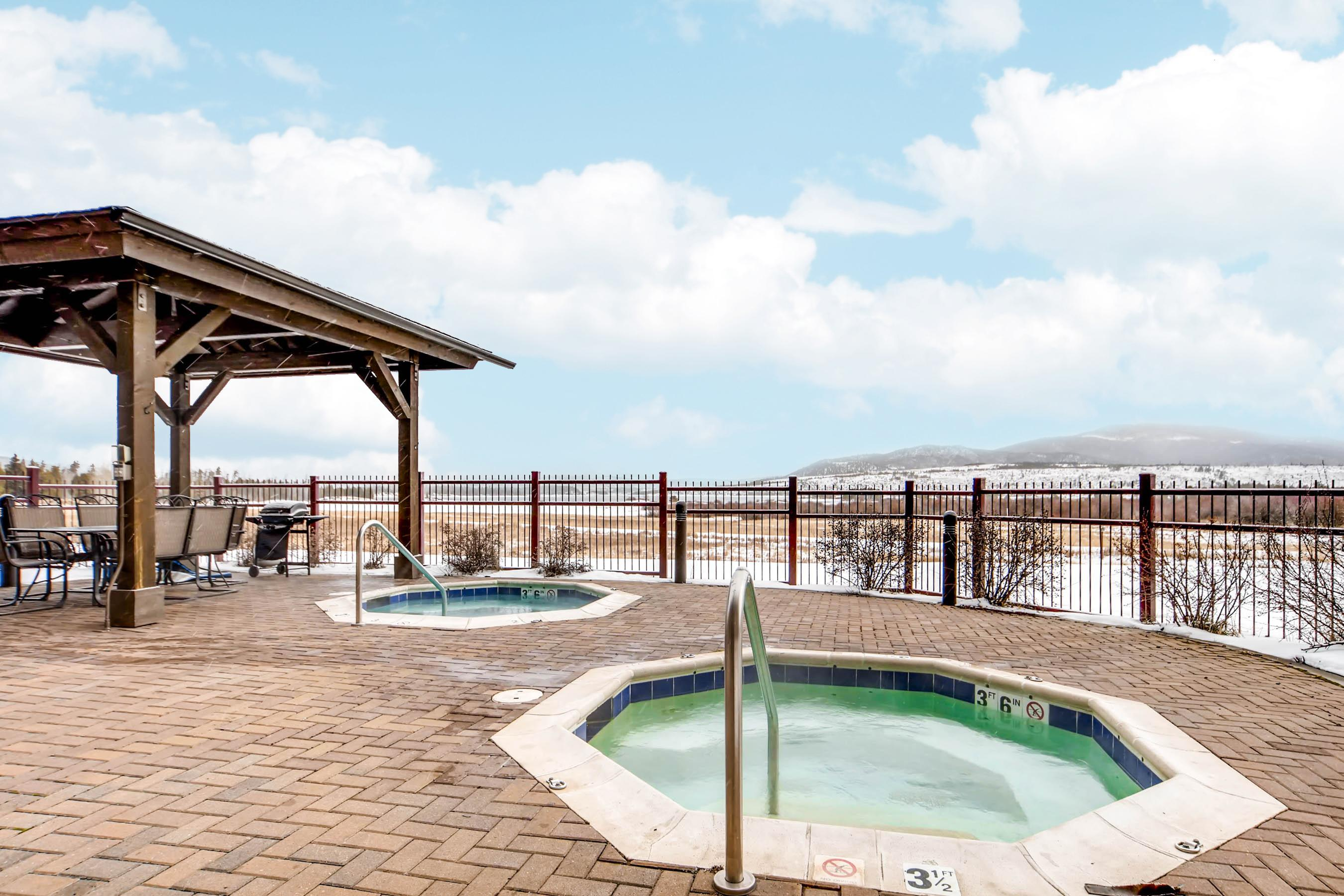 Dual hot tubs, with amazing mountain views!