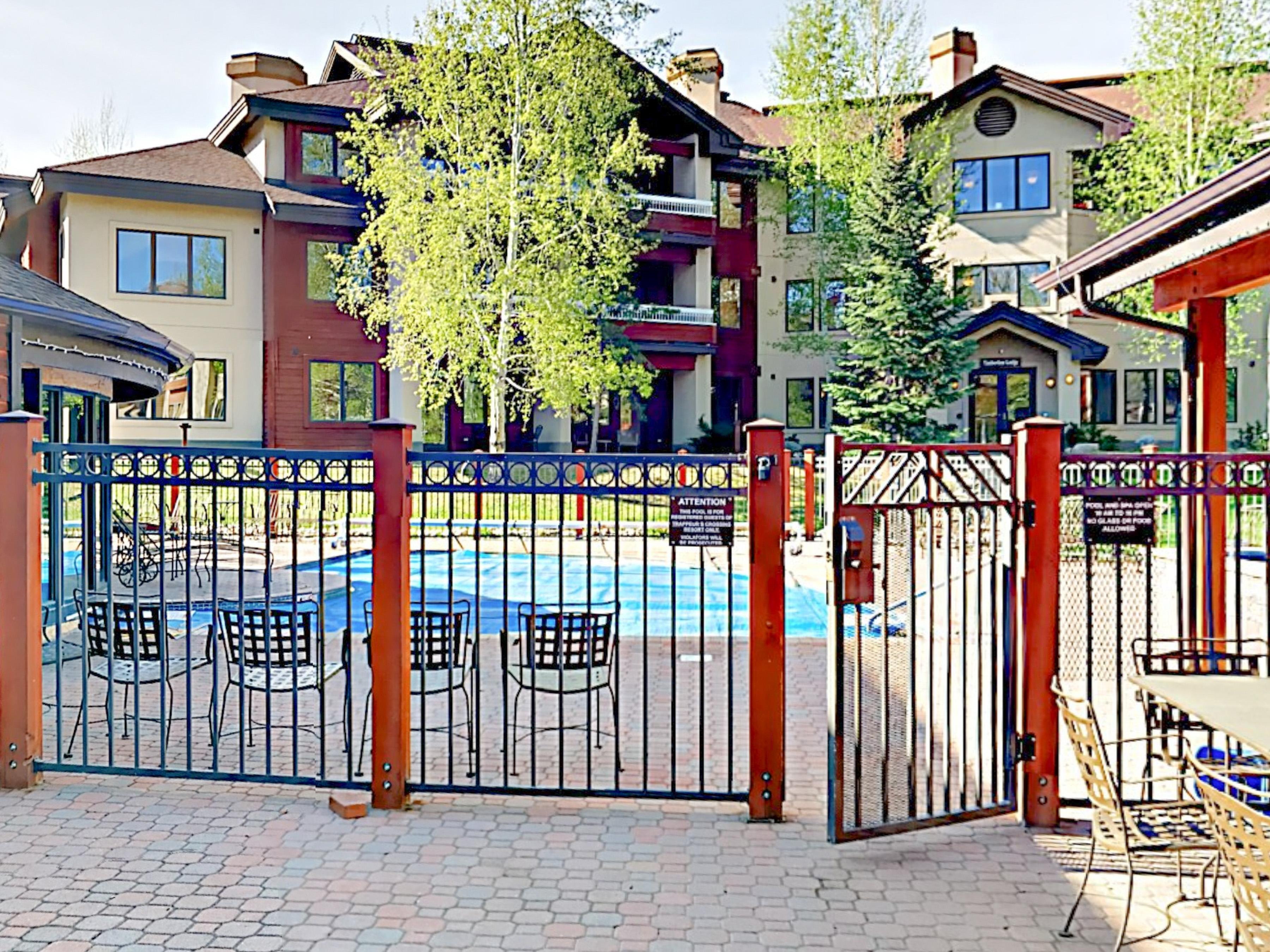 Cozy Condo with Fireplace & Poolview Balcony, Walk to the Slopes