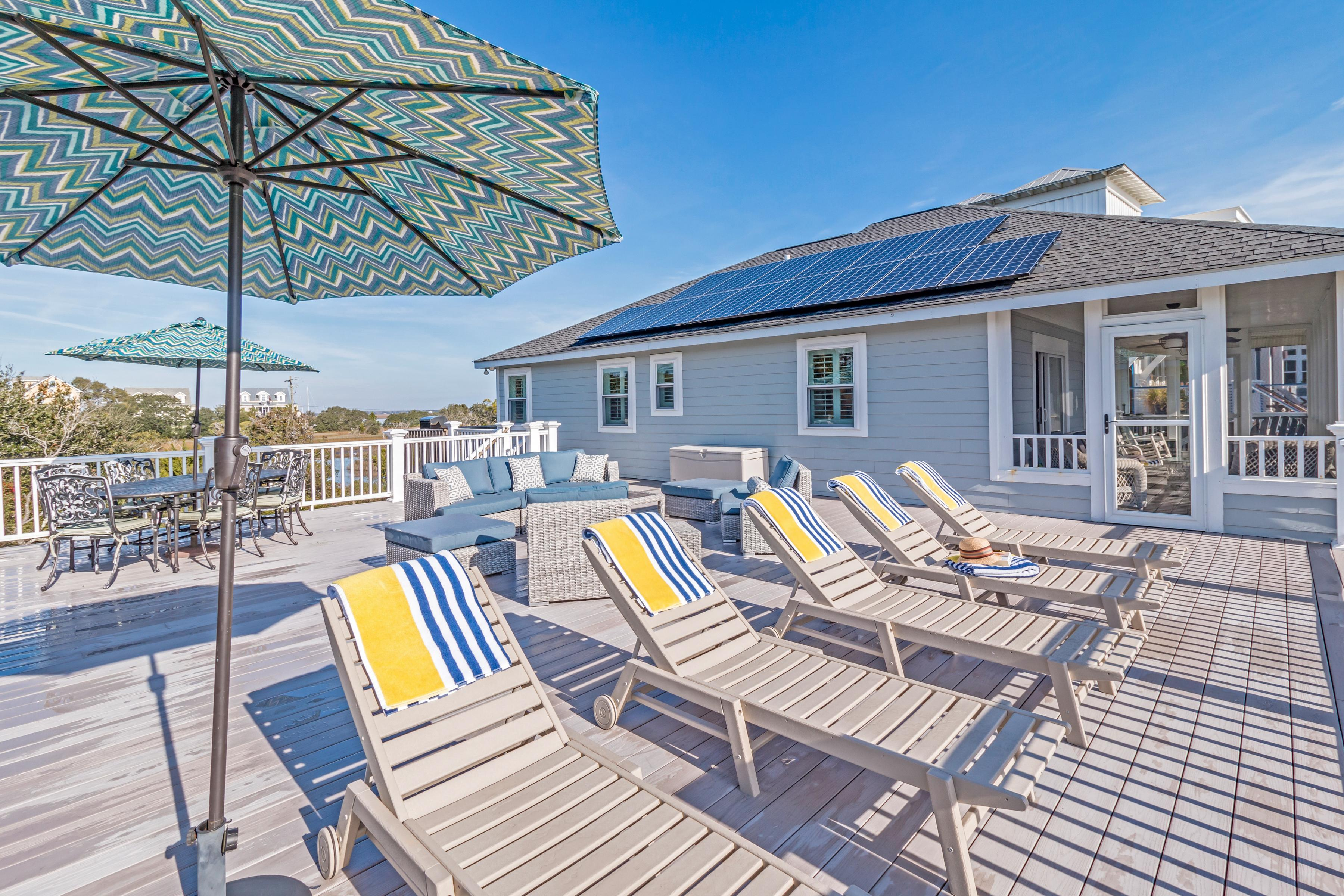 3BR w/ Large Deck - Steps to Beach