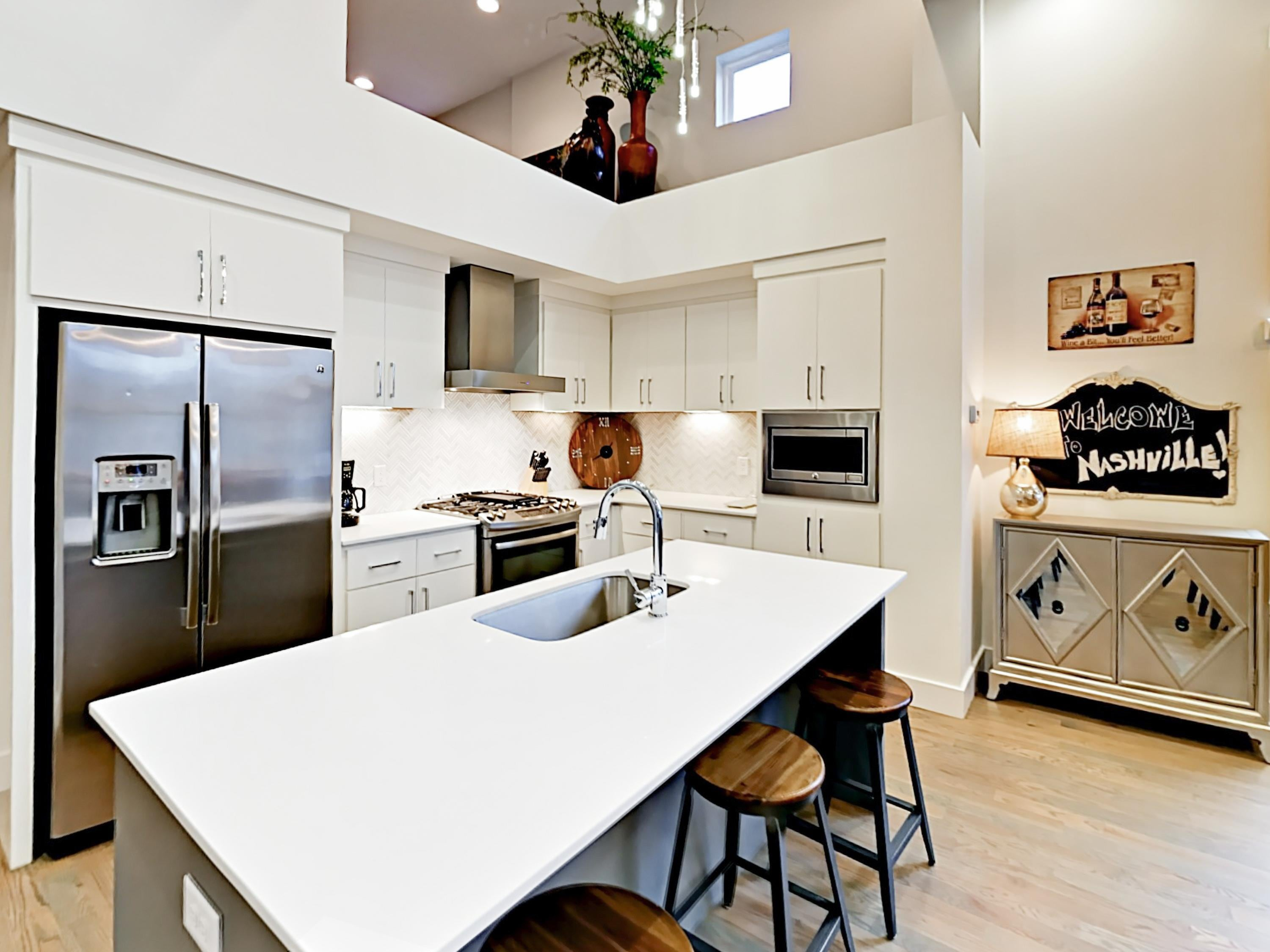 Chic West End Townhome with Balcony Views of Nashville