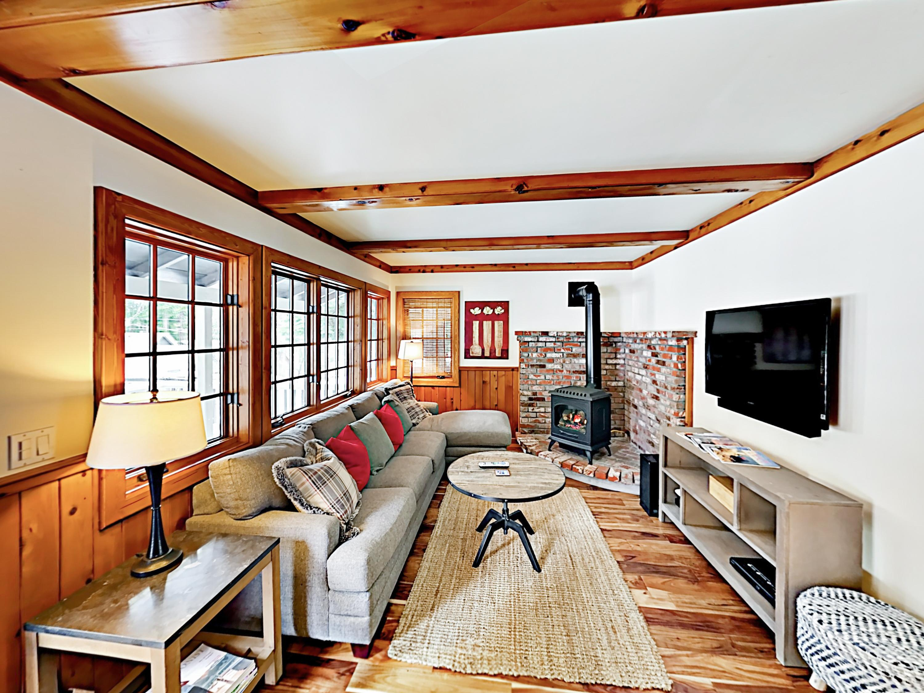 Adorable Cabin Home Convenient to the Slopes and Beach