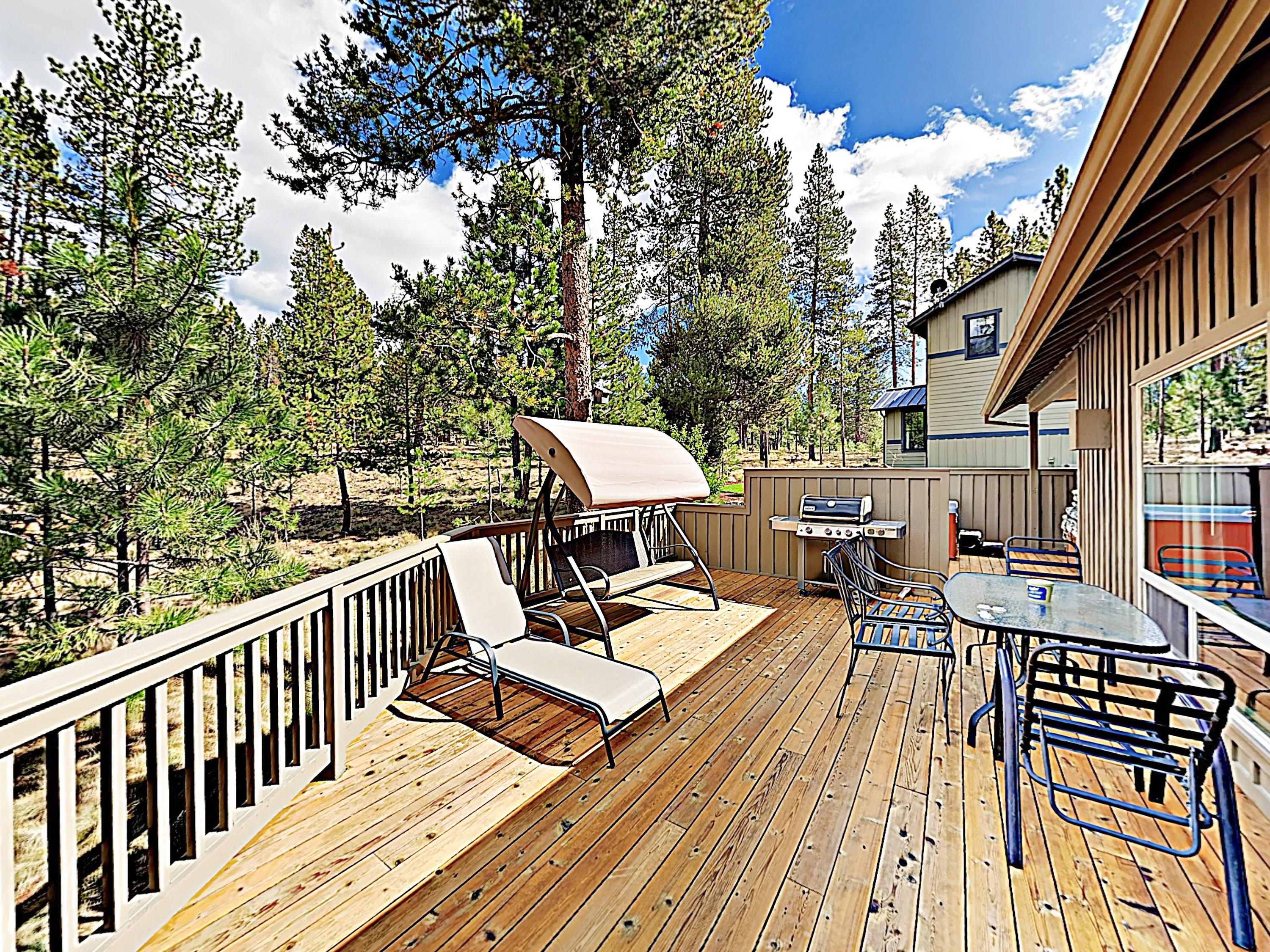Scenic Sunriver Sanctuary w/ 2 Decks & Hot Tub