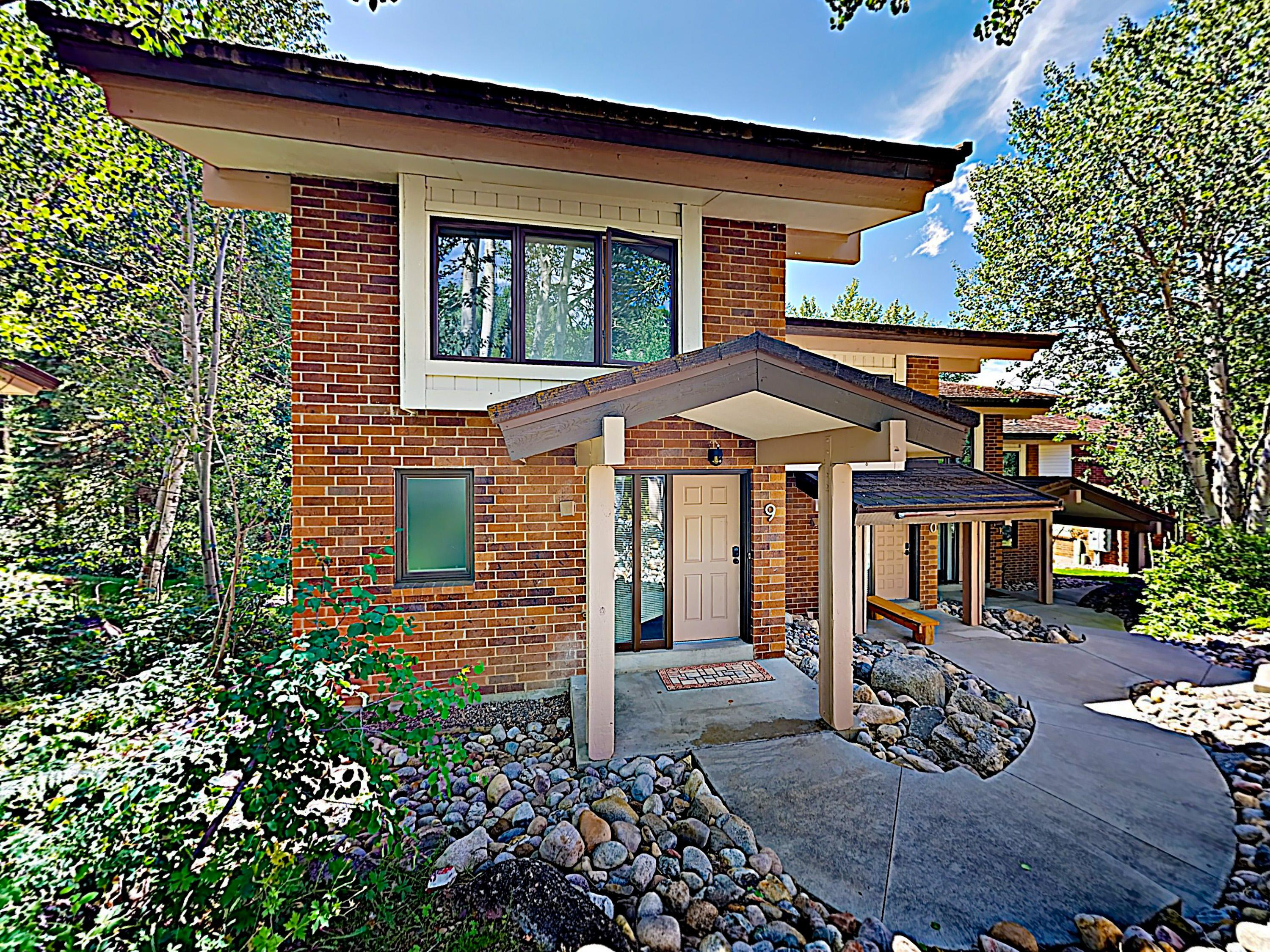 Posh Creek-Side Townhome at Winterwood with Sauna