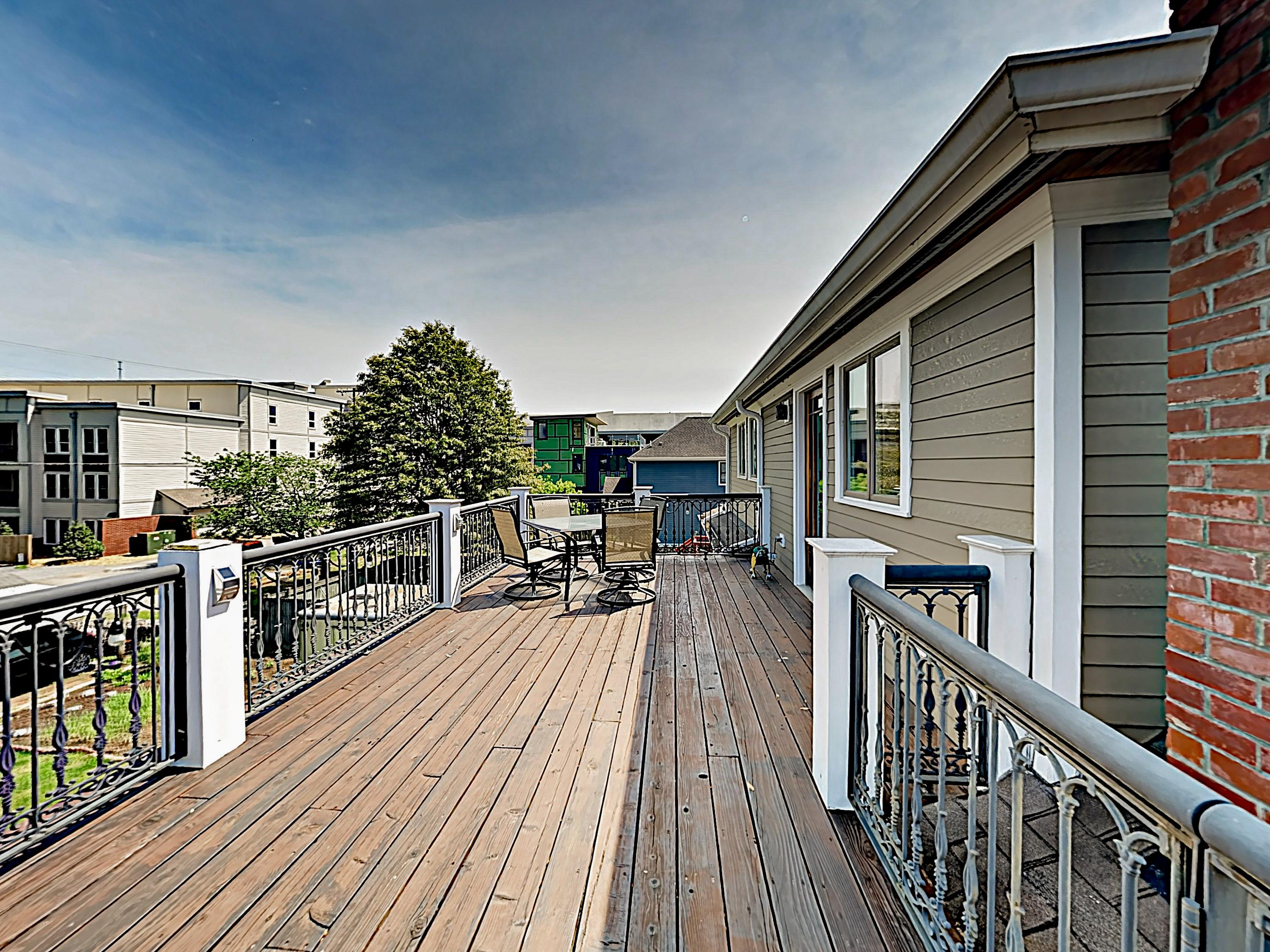 The entry deck offers alfresco dining for 4.