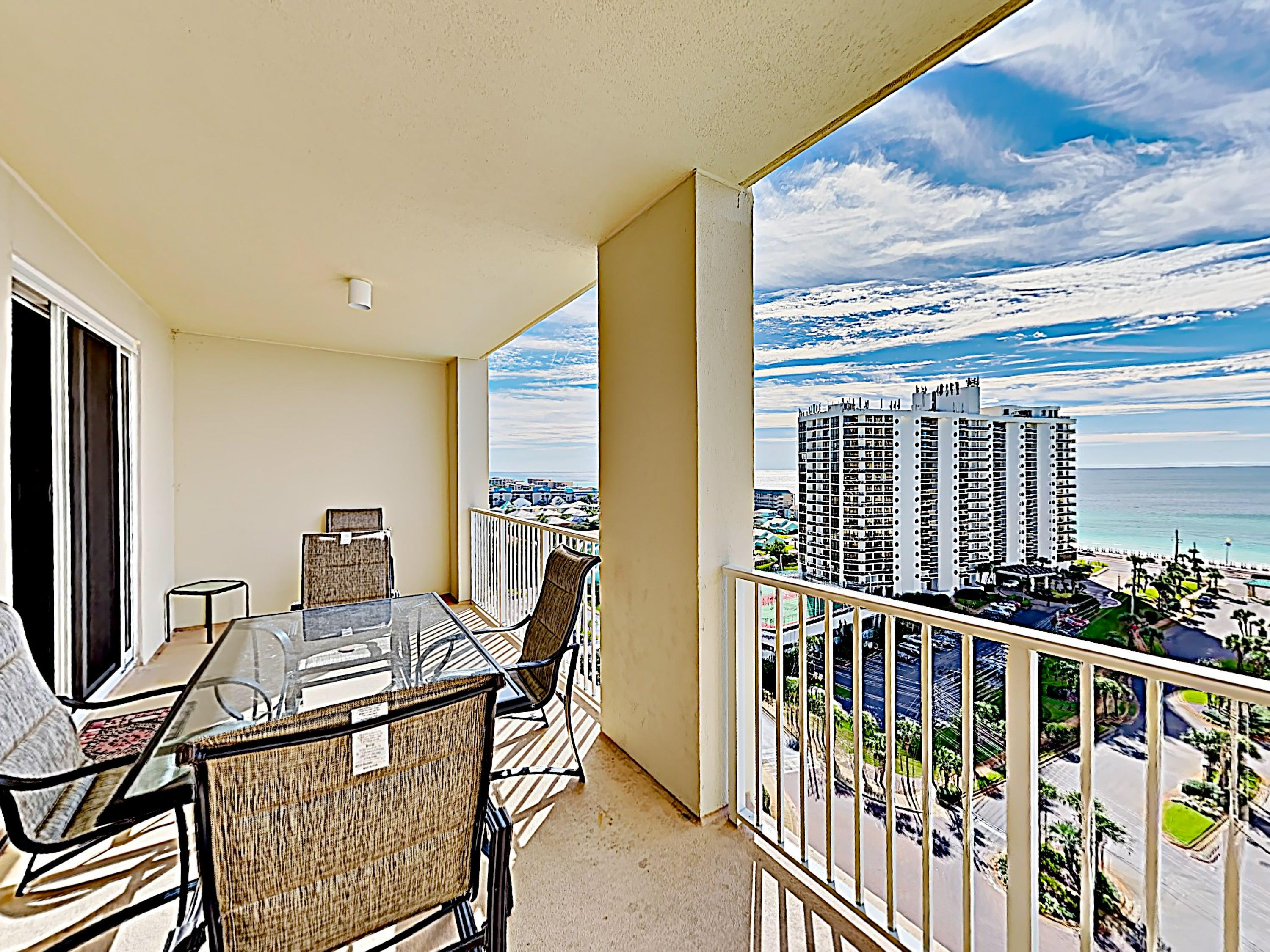 Contemporary Condo with Pool, Golf and Gym Amenities