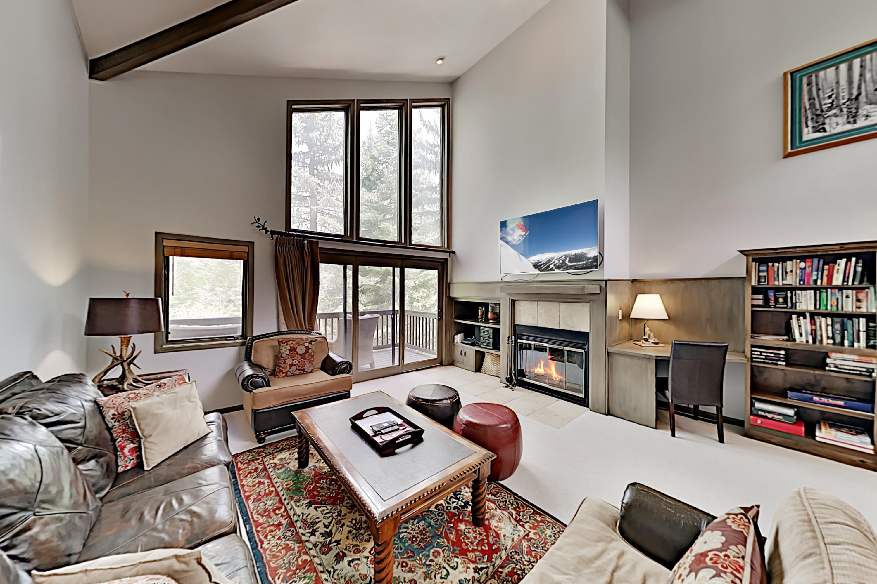 Premium Townhome with Vaulted Ceilings & Hot Tub