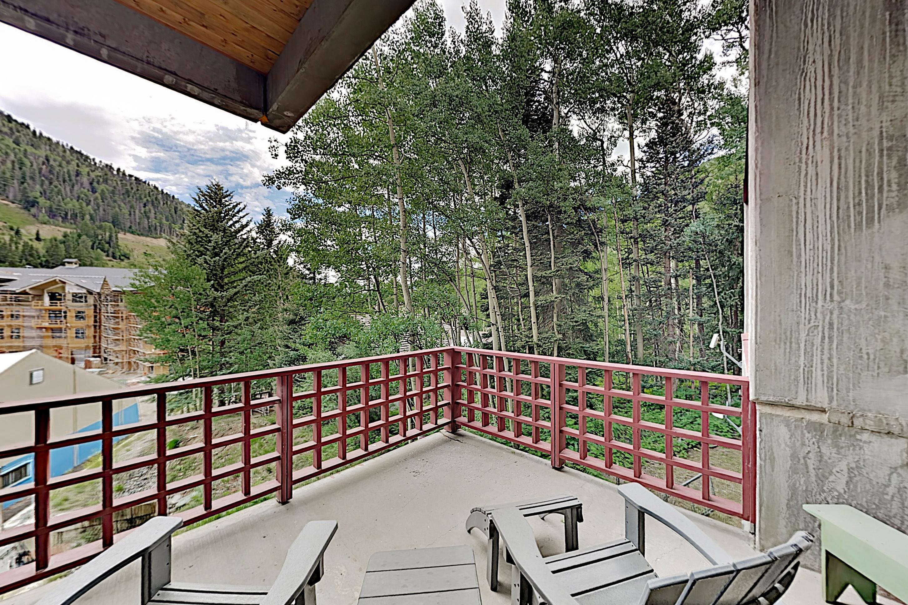 Steps to Slopes! Designer Mountain-View Condo