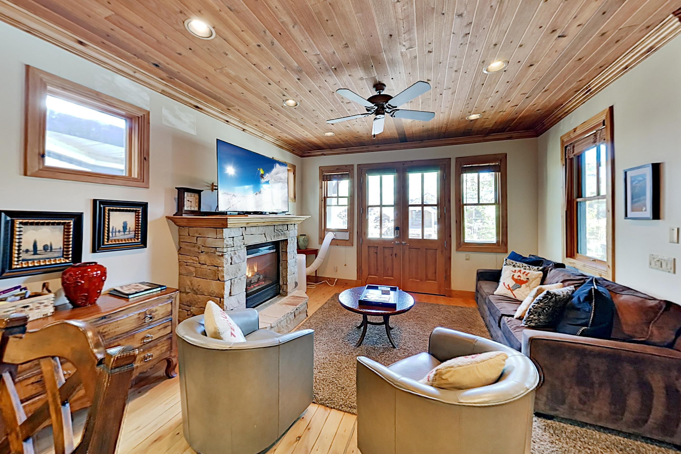 Upscale Gem: Hot Tub & Game Room, Walk to Lifts