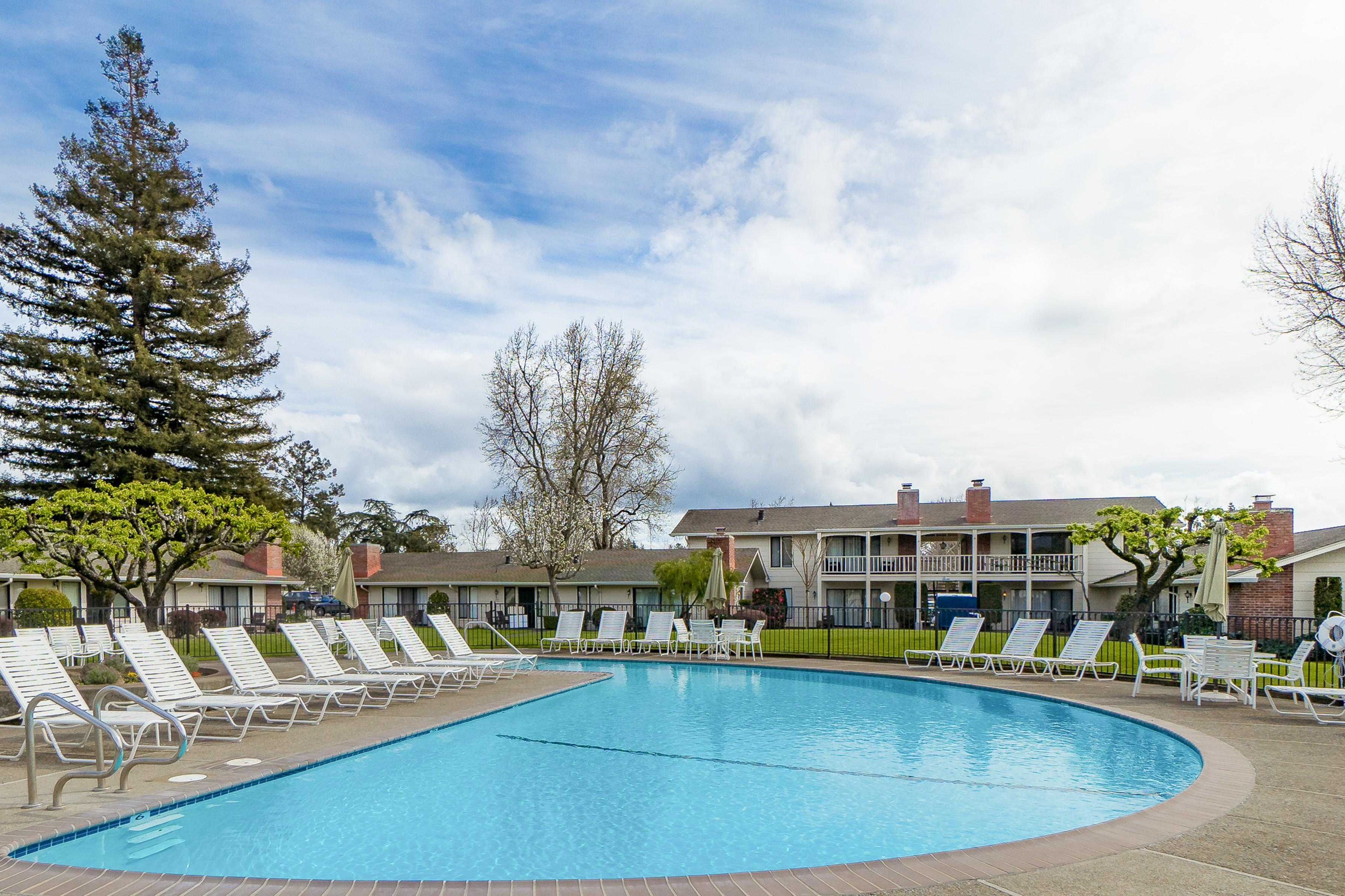 Sleek Condo within Silverado Community; Pool and Dining
