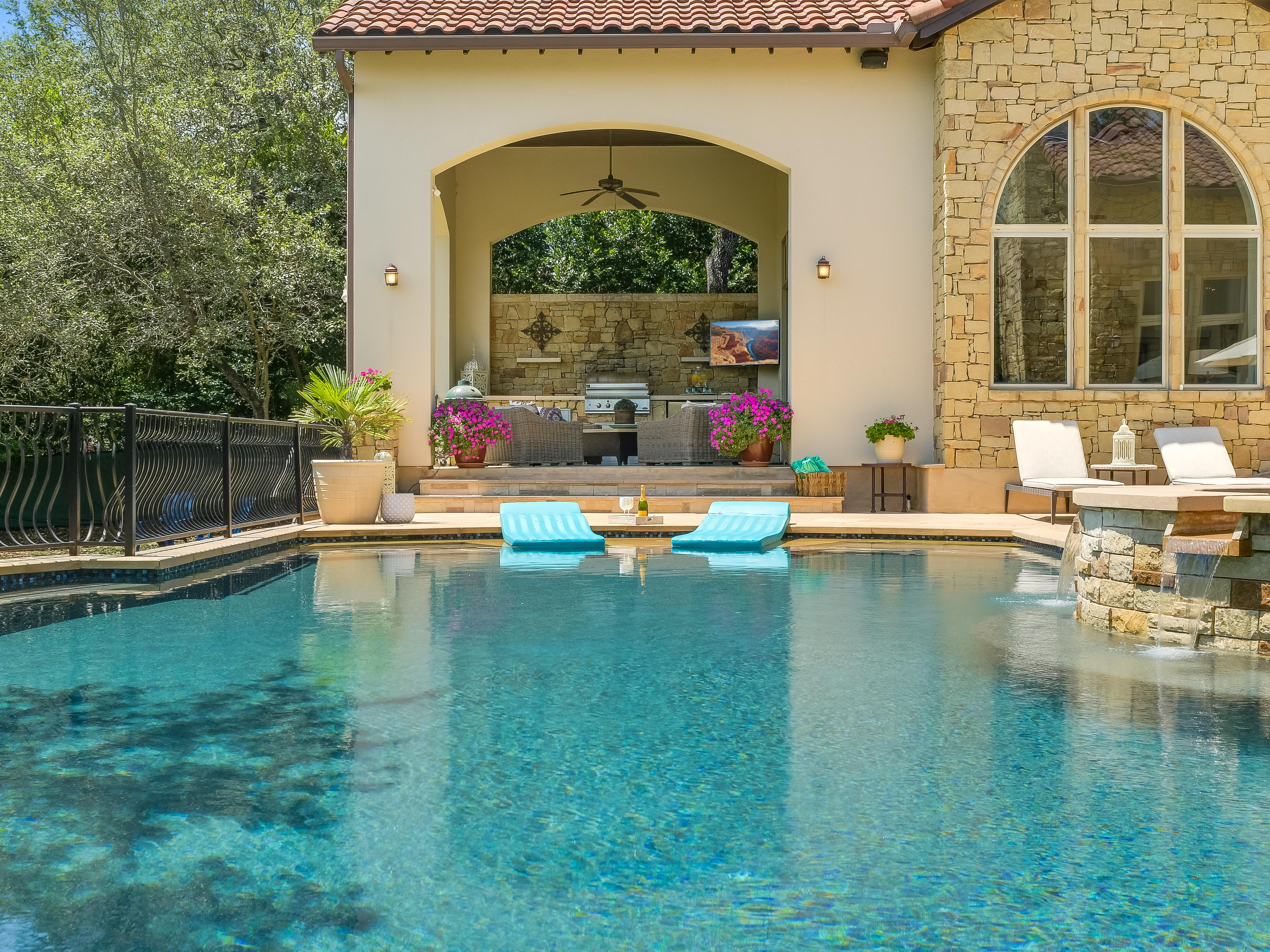 Pool & Outdoor Kitchen