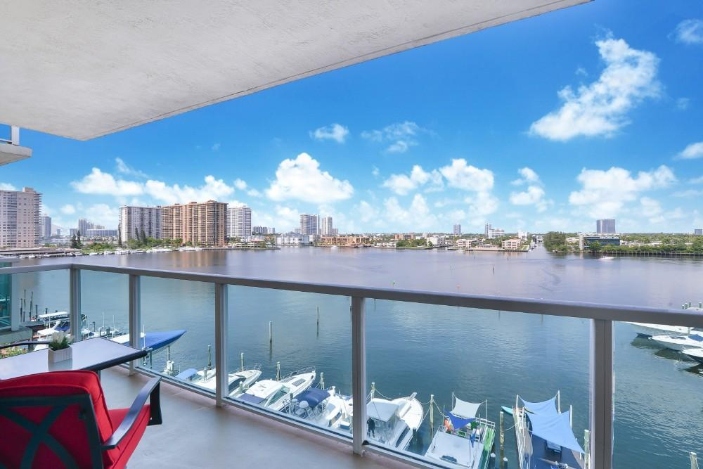 Luxurious and Modern 3-bedroom Condo Near the Ocean