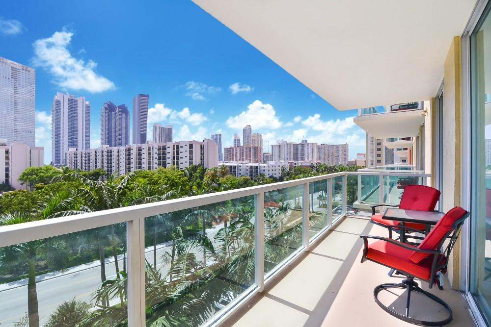 2-bedroom Condo in Sunny Isles with Waterfront Clubhouse and Pool