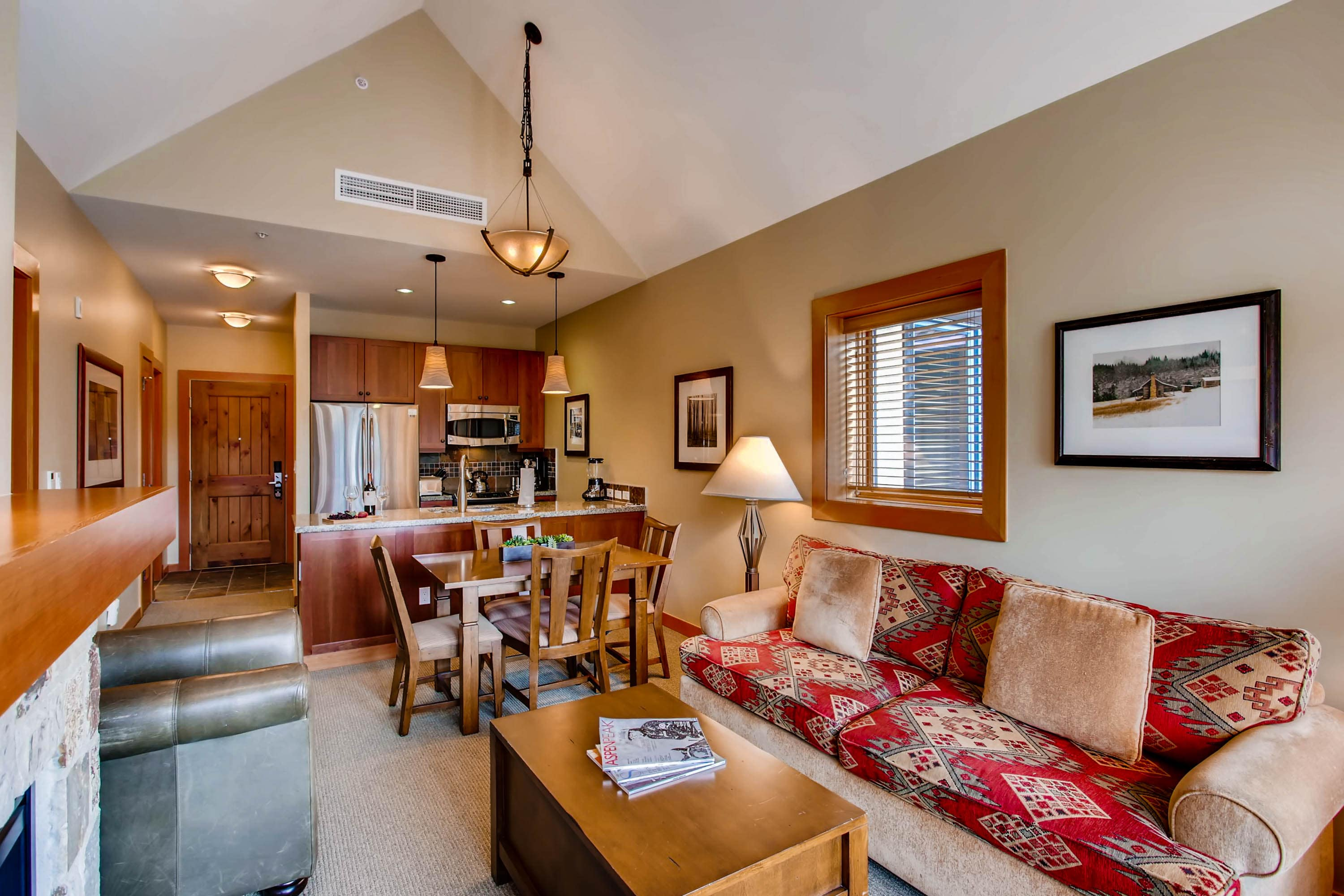 Comfortable mountain apartment with vaulted ceilings in Capitol Peak Lodge