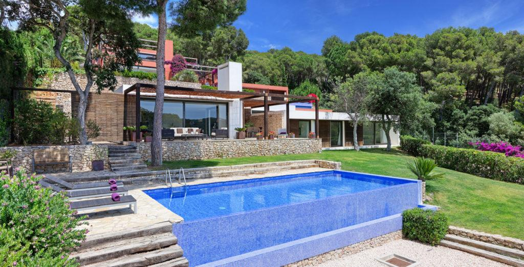 Property Image 2 - Modern House with Pool Terrace and Sloping Lawn