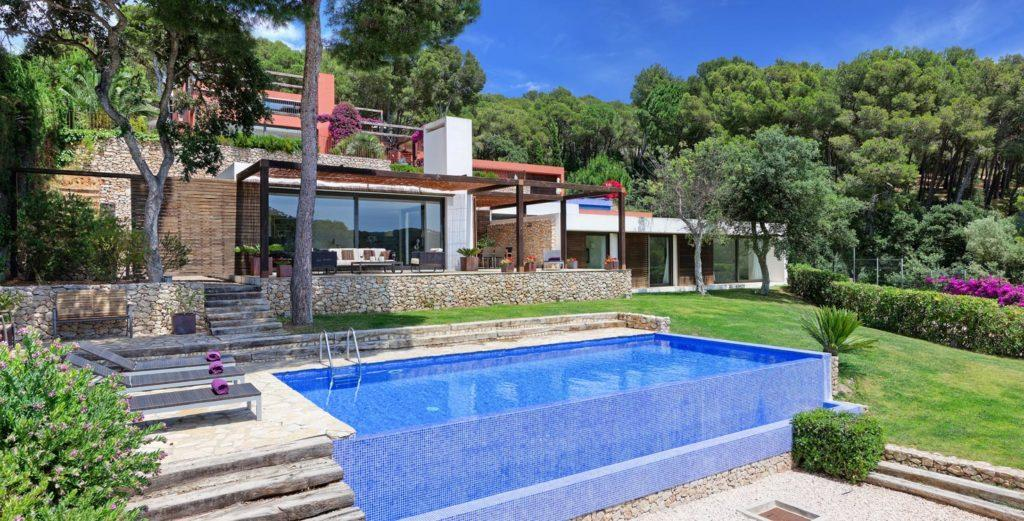 Property Image 1 - Modern House with Pool Terrace and Sloping Lawn