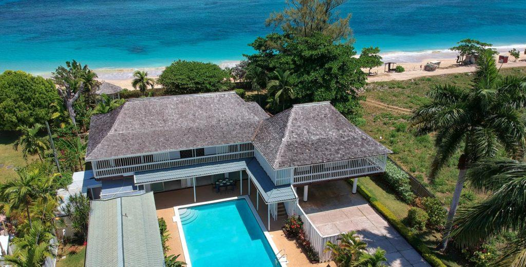 Property Image 1 - Romantic Beachfront Villa with Garden Living Space in Runaway Bay