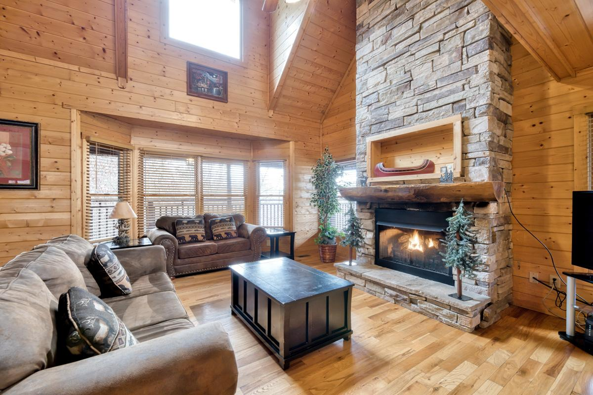 Spacious Mountain Cabin with Viewing Deck and Game Room