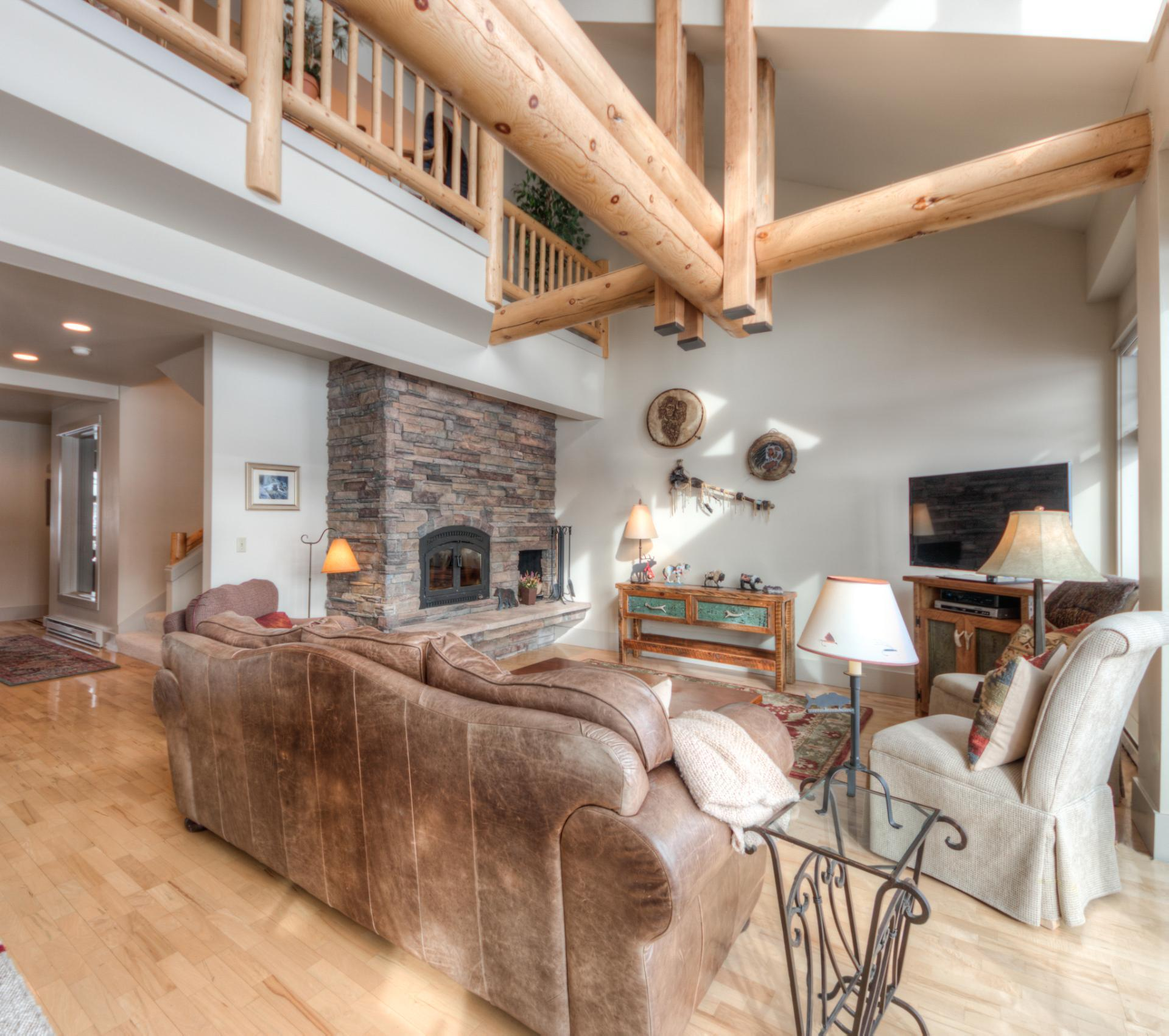 Airy Condo Overlooking Golf Course with Hot Tub Access