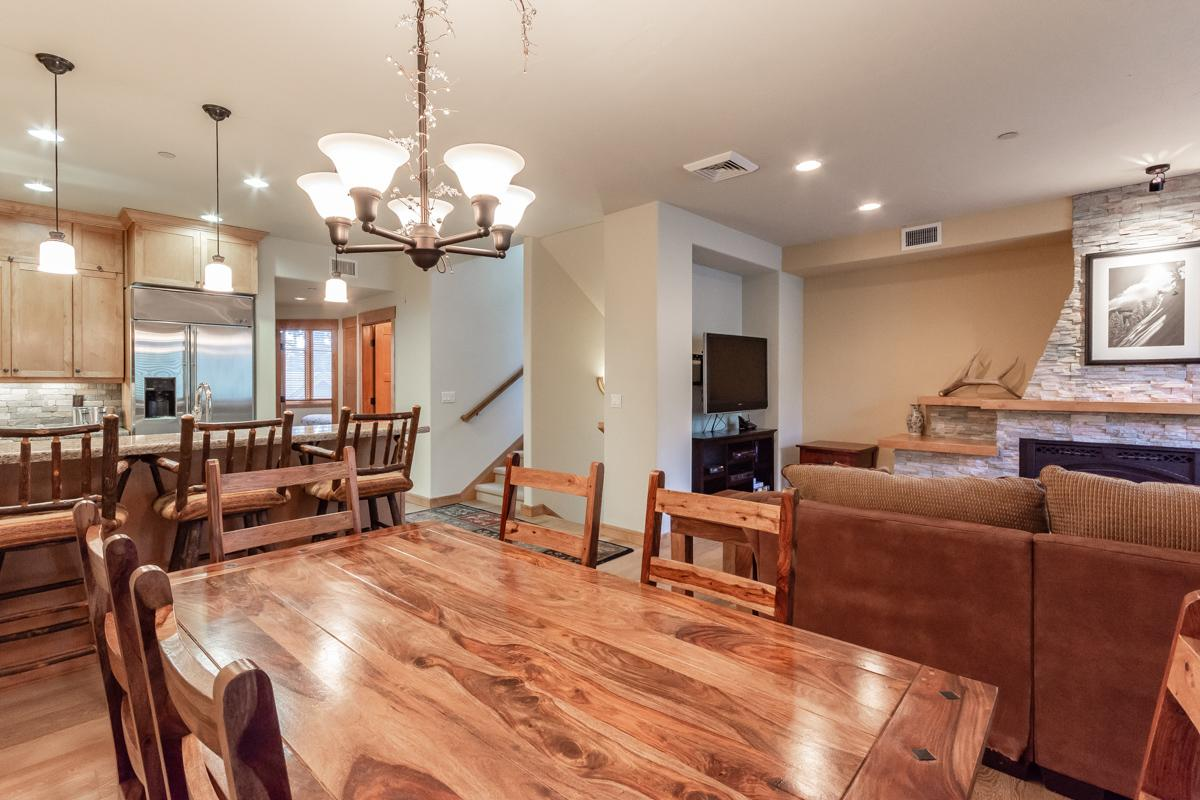 Cheerful Condo on Golf Course with Private Hot Tub