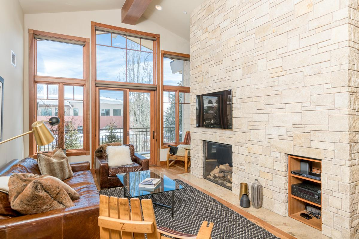 Cozy Condo with Rooftop Hot Tub, Sauna & Gym; Near Slopes
