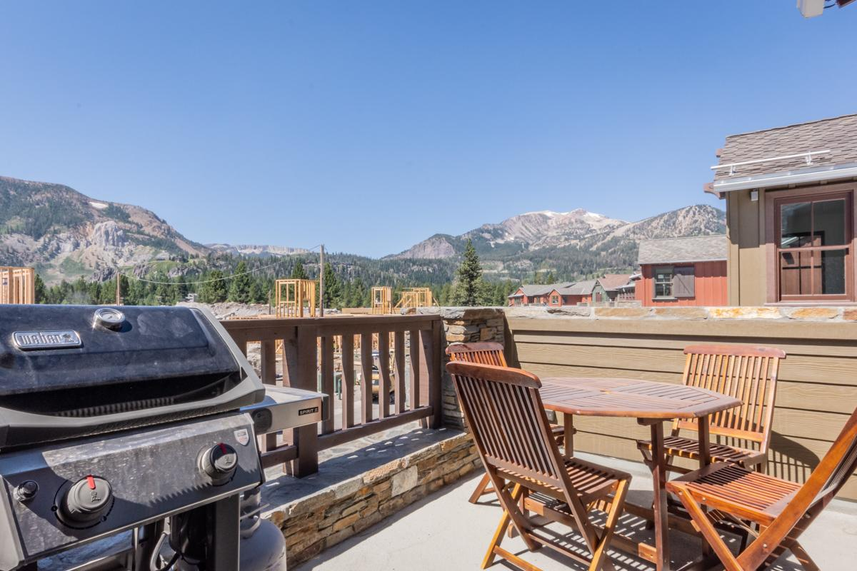 Updated Townhome with stunning views and shared hot tub