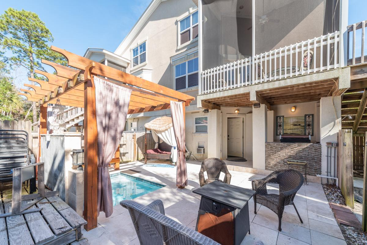 Charming townhome with hot tub close to the beach