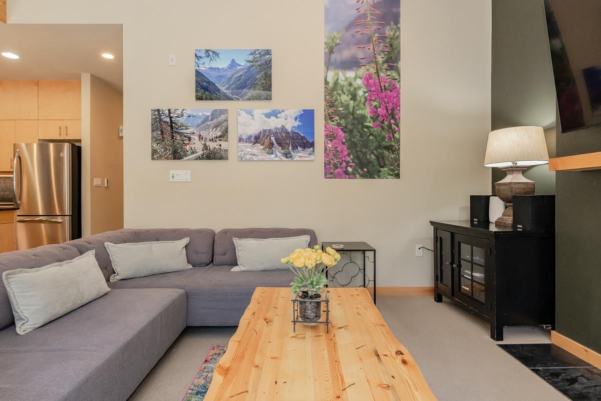 Upscale townhome with mountain views on shuttle route