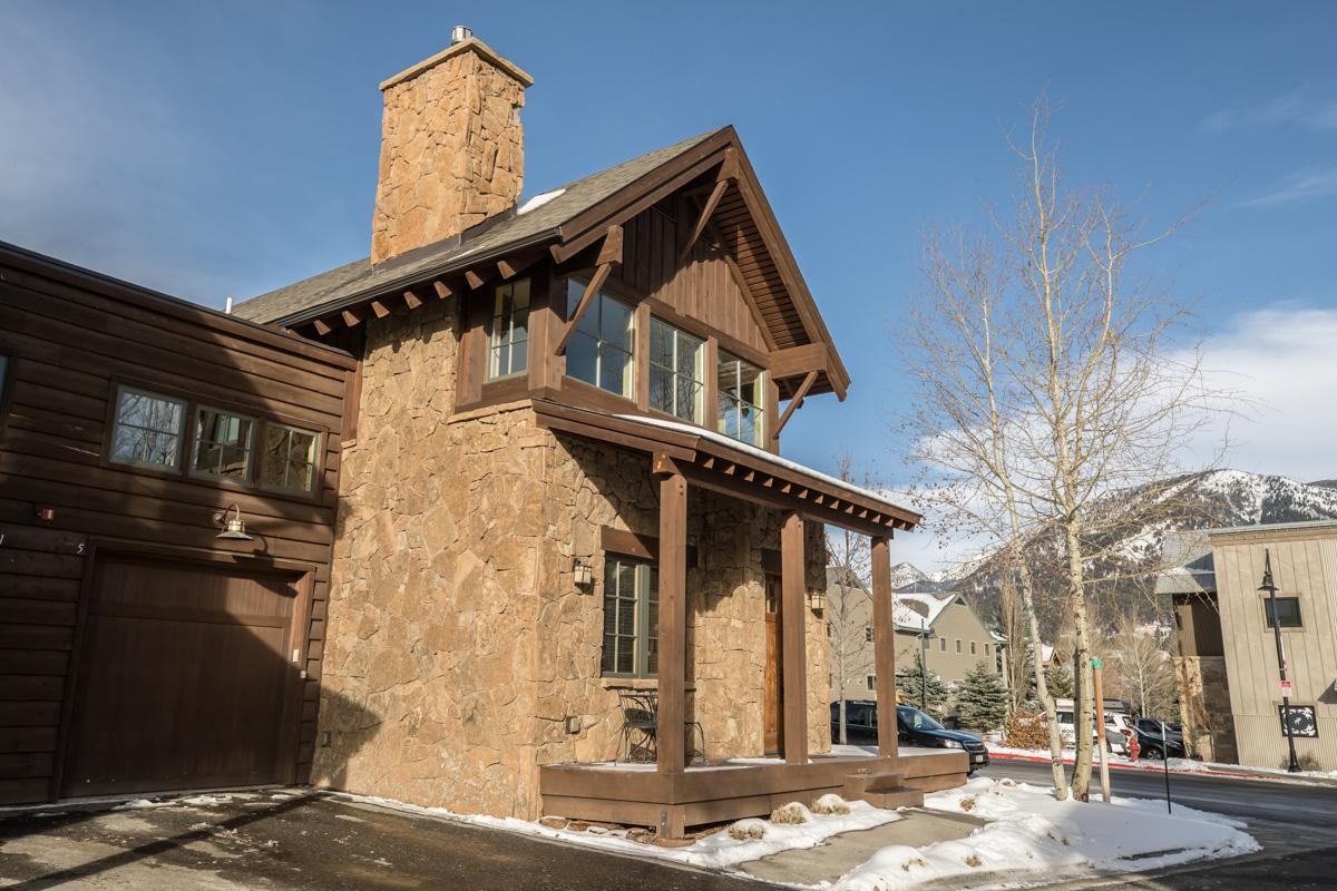 Charming Townhome in Town Center with Mountain Views