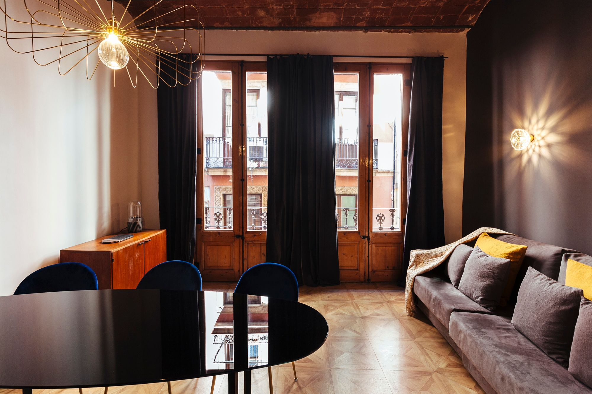 Property Image 1 - Impeccable 2 bedroom apartment in Barcelona´s old town heart.