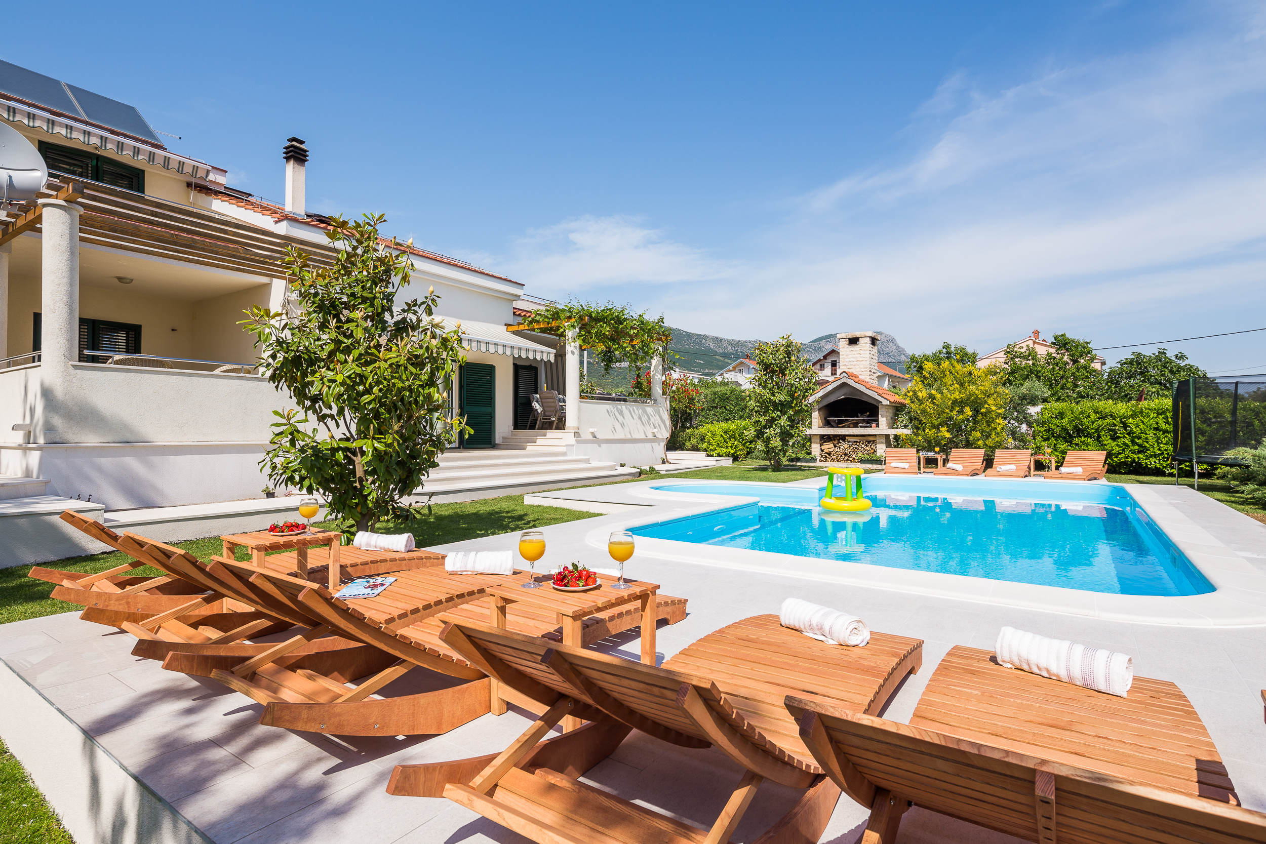 Spacious Five Bedroom Family Villa with Huge Outdoor Garden and Pool