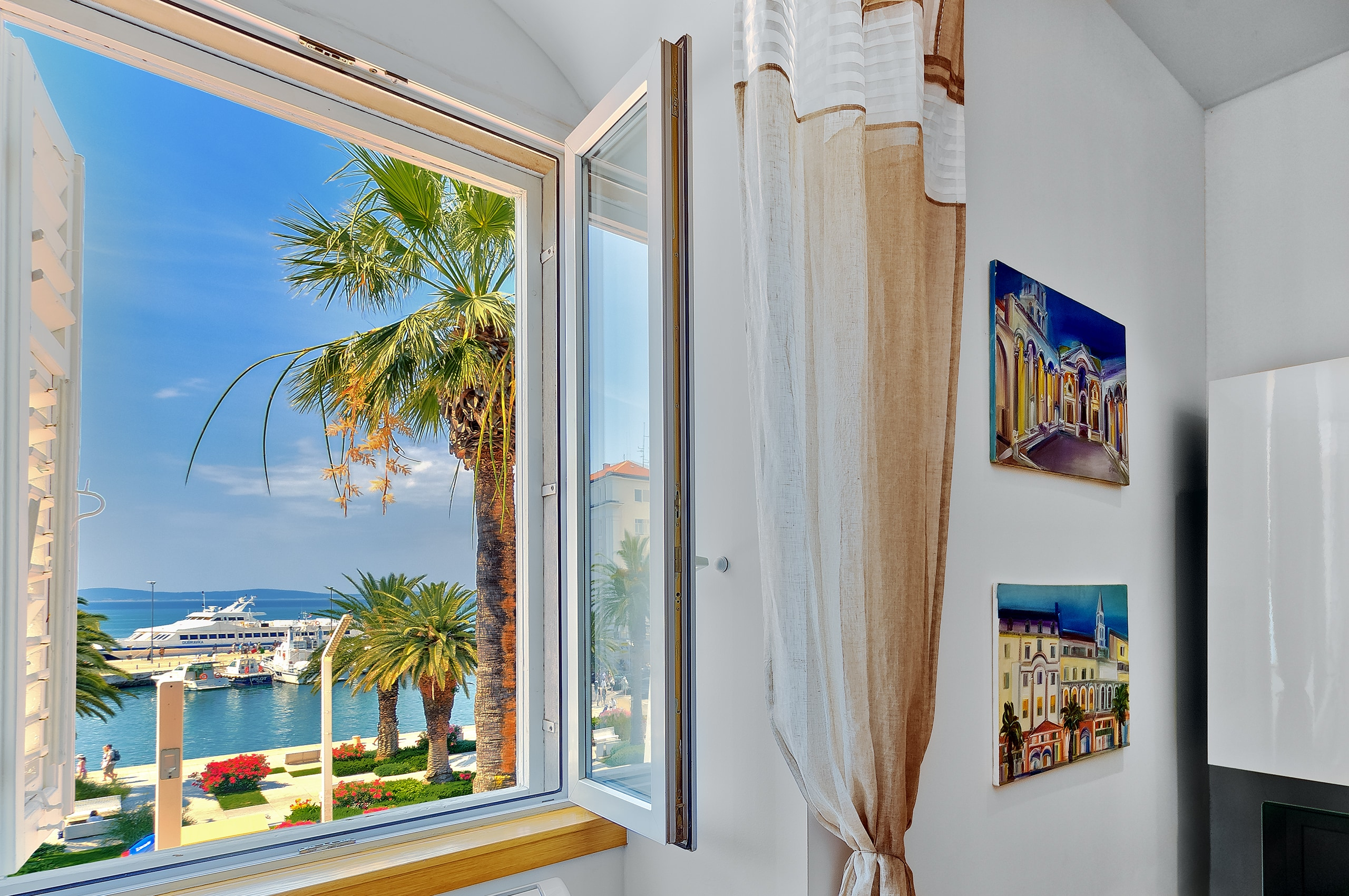 Lovely sea view apartment within the historic city walls