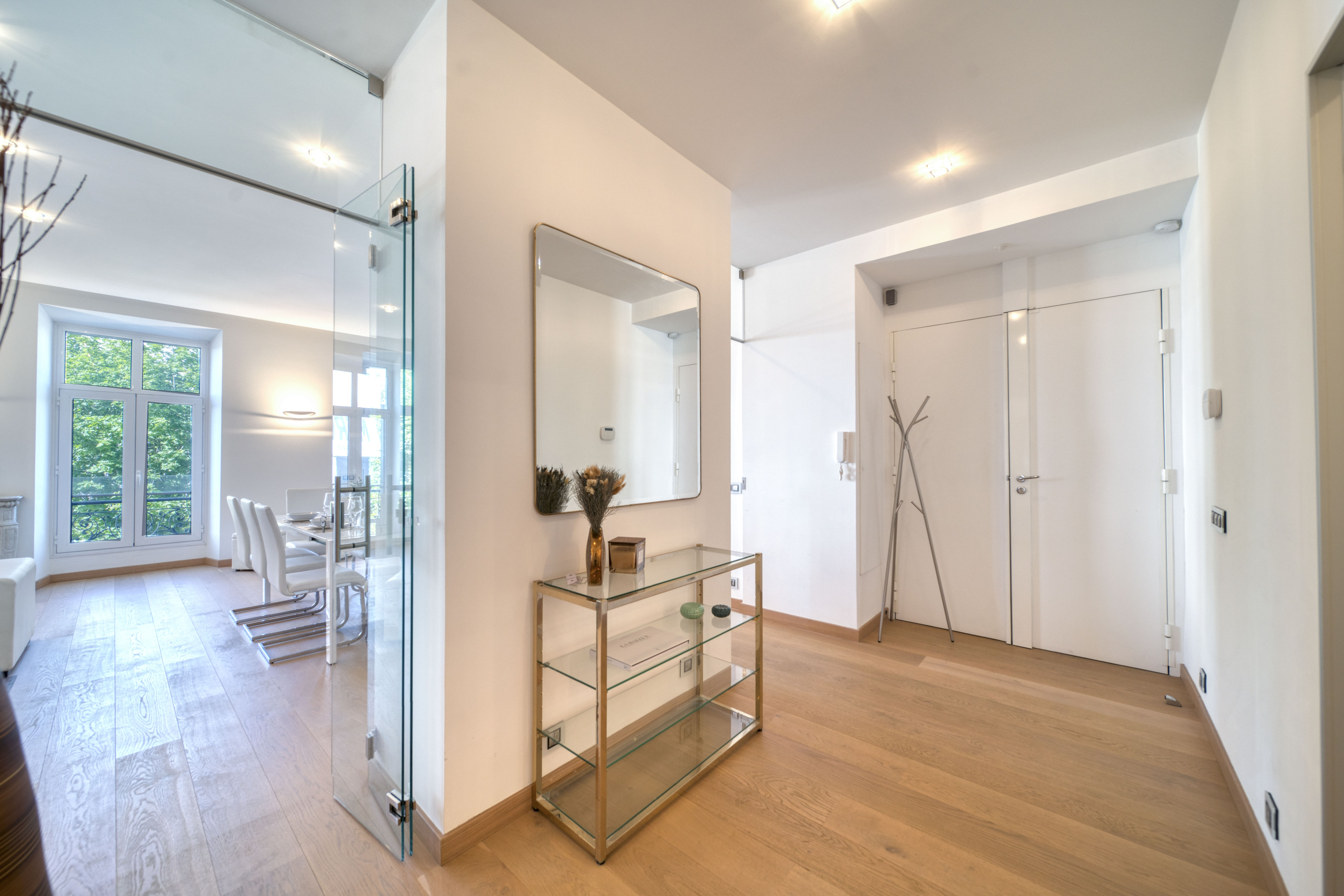 Modern Bright Apartment Steps to Congress Center & Beaches