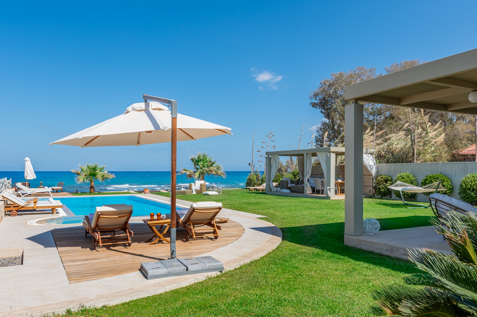 Property Image 2 - Beachfront Captivating Villa with private heated pool, jacuzzi and skyline views,1' from shops