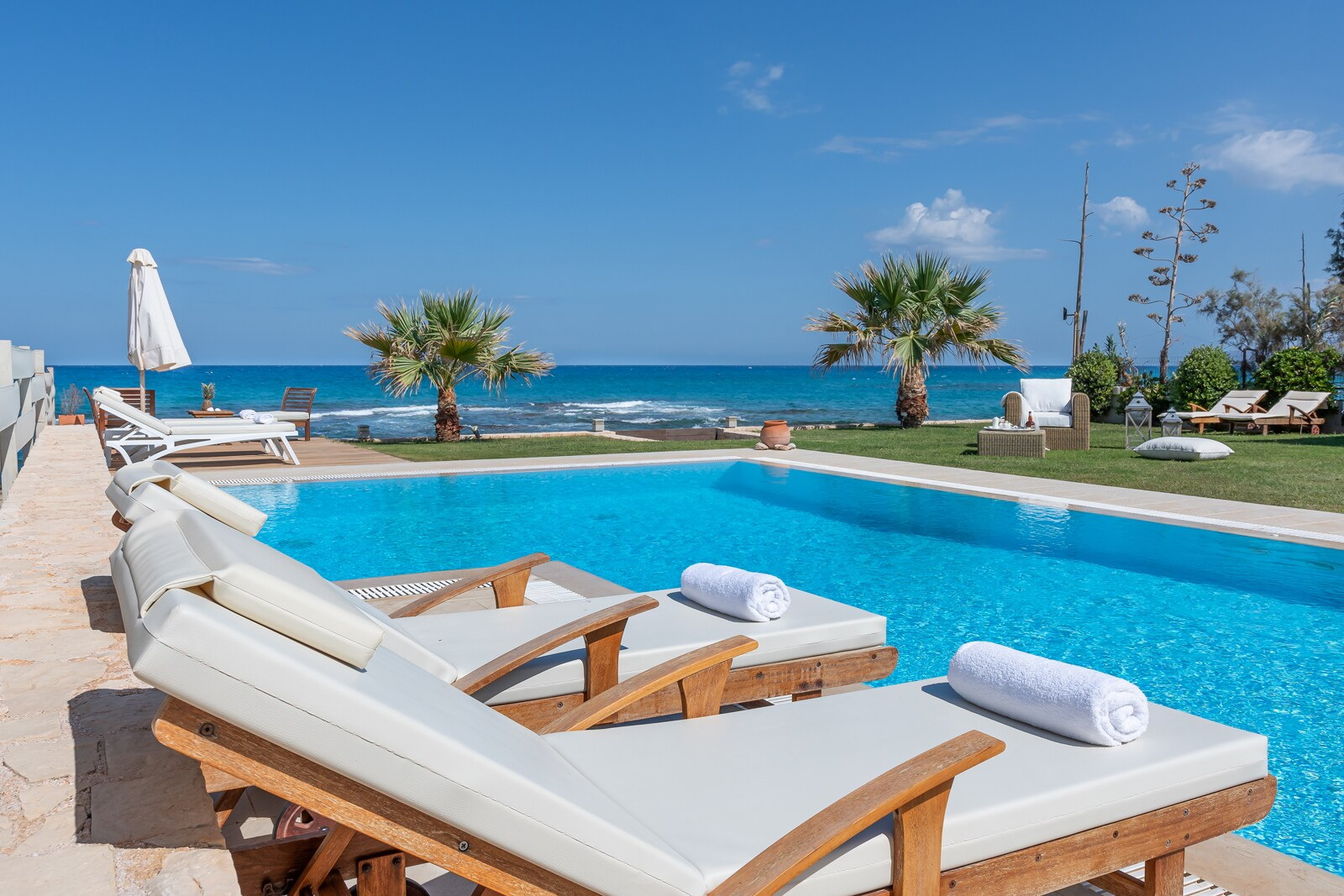 Property Image 1 - Beachfront Captivating Villa with private heated pool, jacuzzi and skyline views,1' from shops
