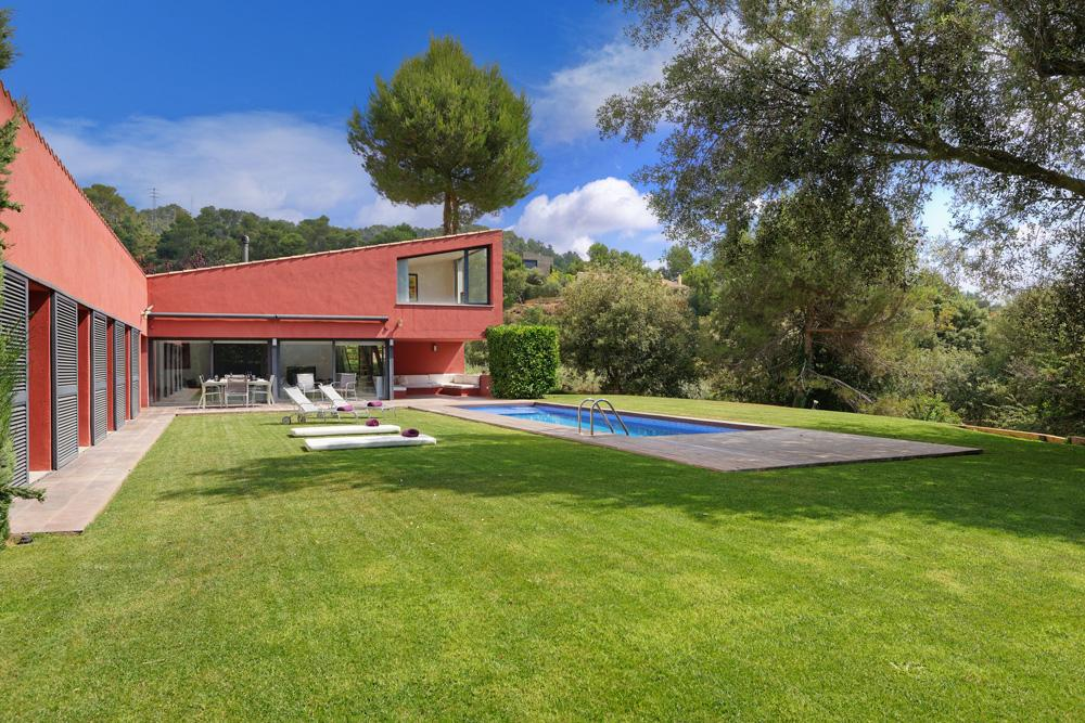 Property Image 1 - Bold and Bright Family Villa with Pool and Games Area