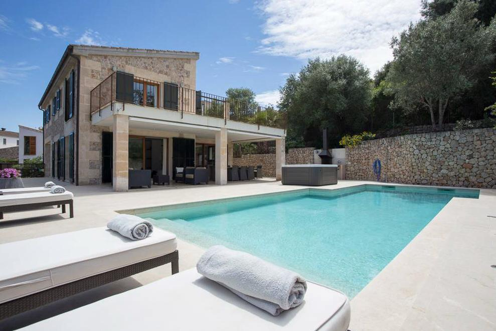 Property Image 2 - Gorgeous Villa Offering Mountain Views, 15 Minutes Walk into Town, and Private Pool