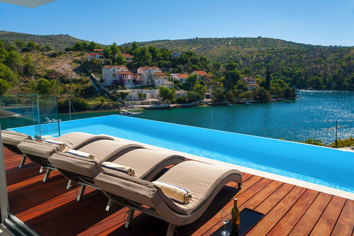 Property Image 2 - Sun-soaking Villa looking at the Adriatic