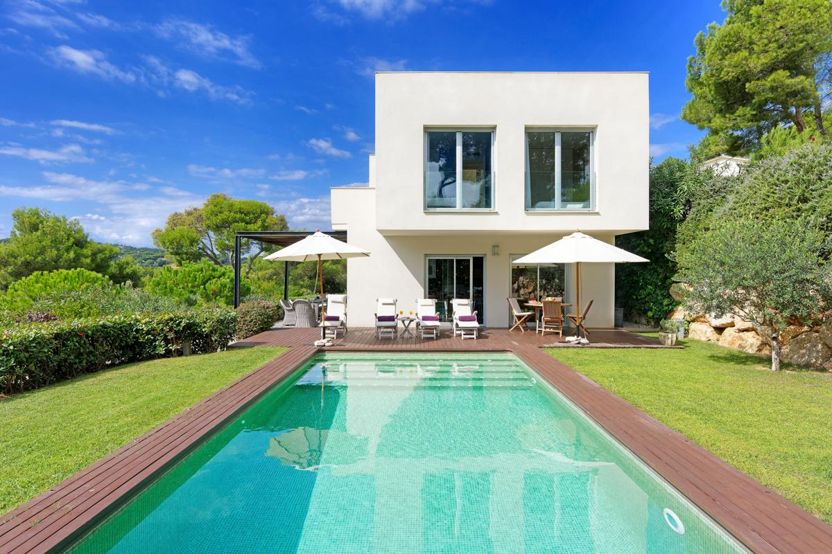 Property Image 1 - Contemporary Open-Plan Villa with Pool and Lush Views