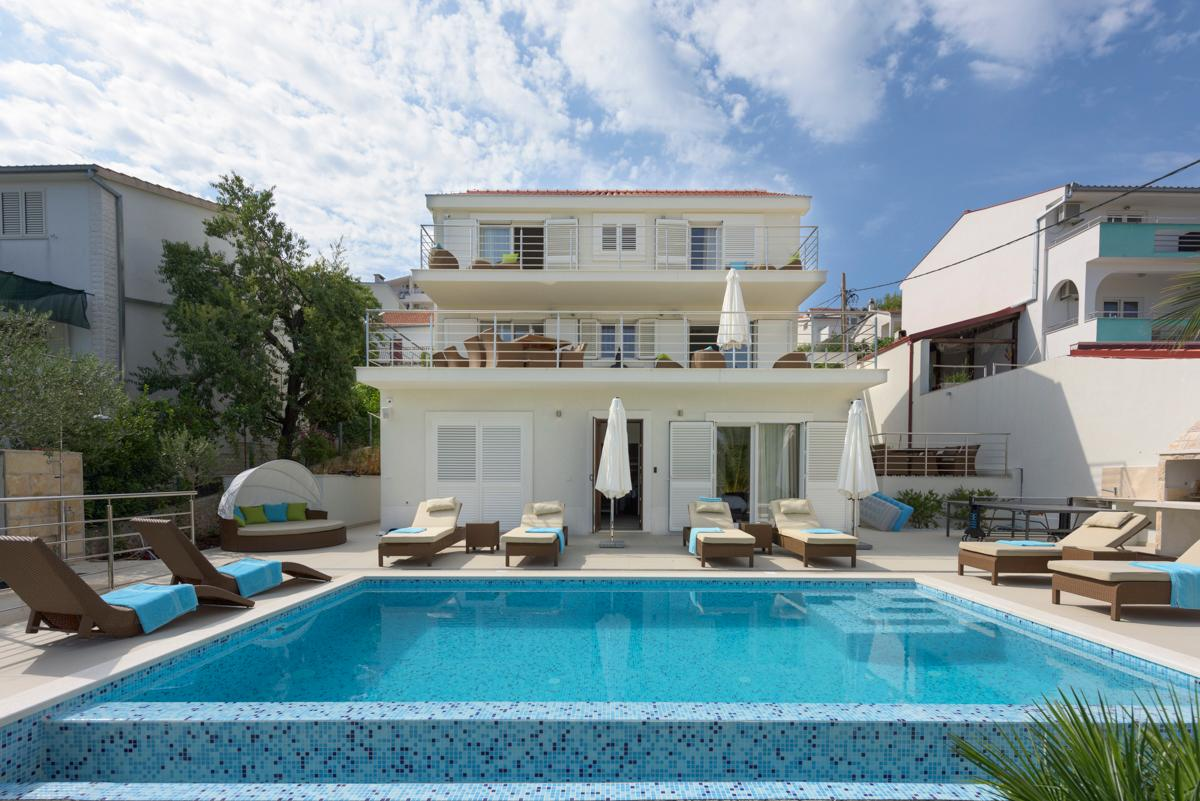 Property Image 1 - Elegant 4-Bedroom Villa with Garden, Pool and Sea Views