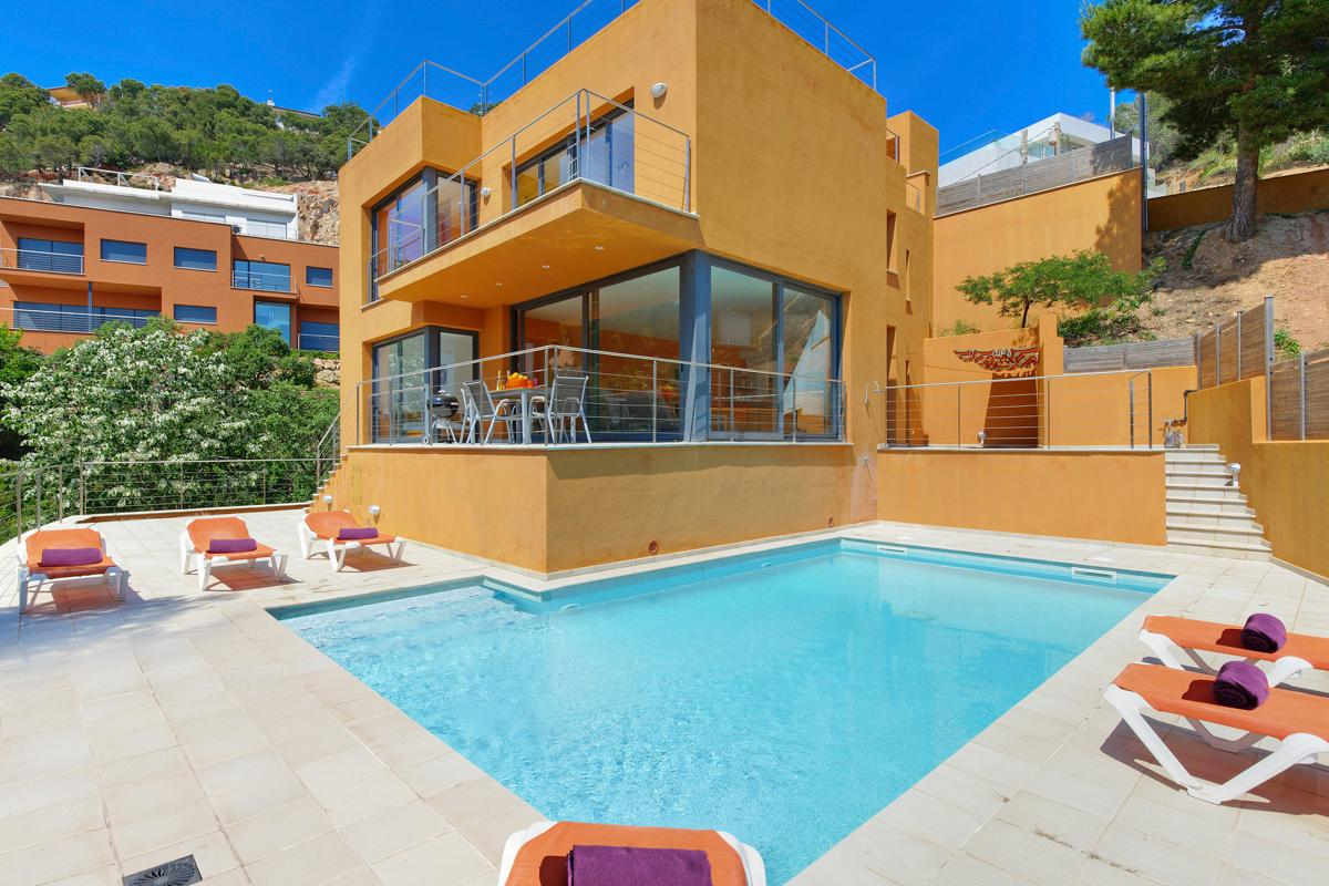 Property Image 1 - Modern, Bright and Care-free Private Villa, Sleeps 16