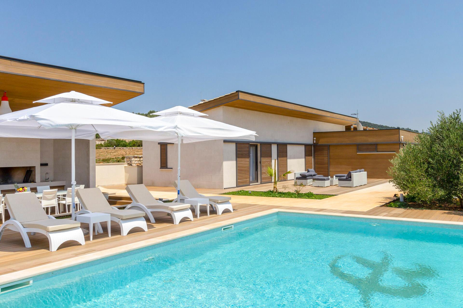 Property Image 1 - Outstanding Sunny Villa with Onsite Fitness Centre