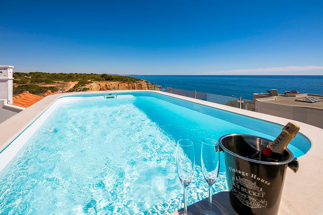 Delightful Villa Perched ontop of Algave's Golden Cliffs with Unforgettable Views and Pool