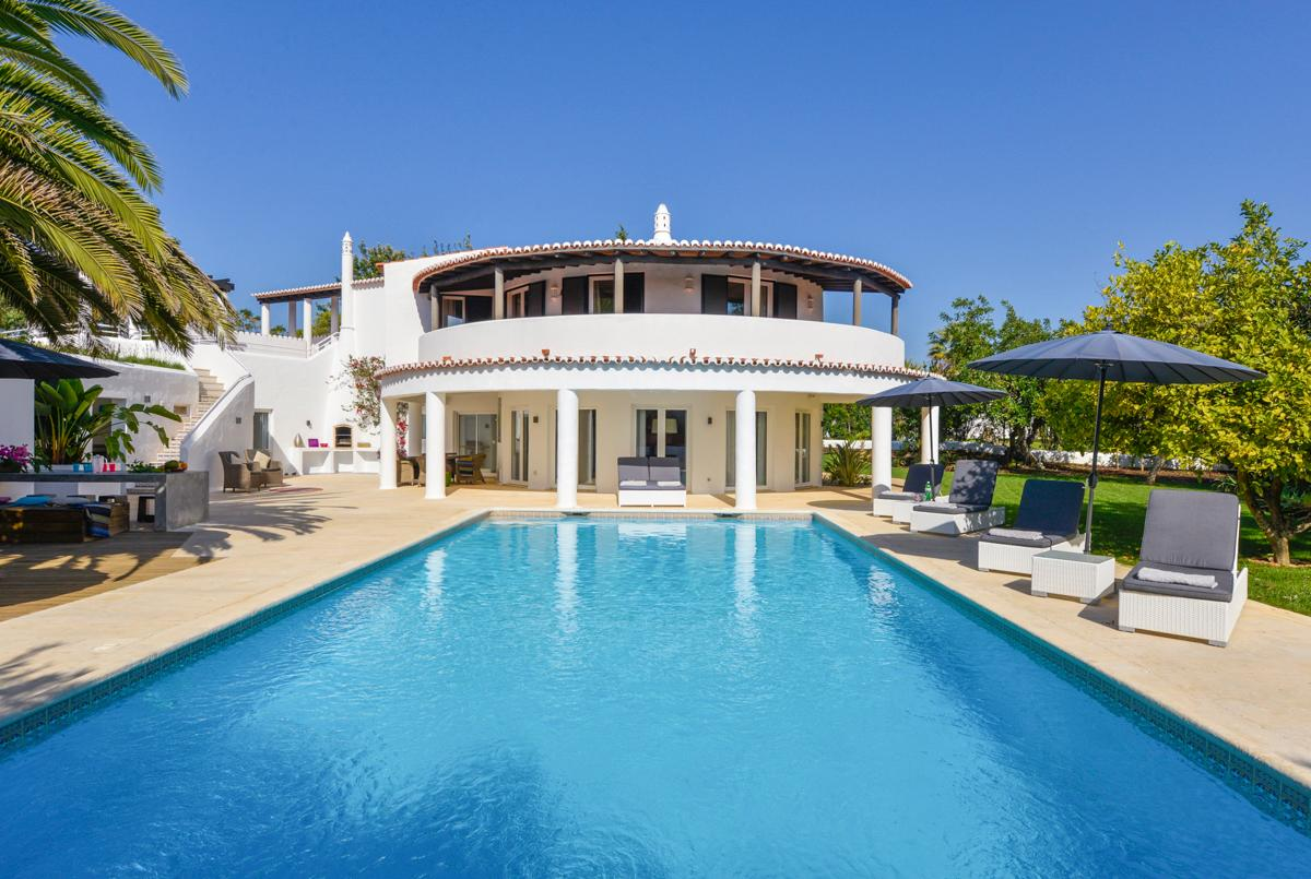 Enchanting Villa with Luxurious Courtyard and Large Pool